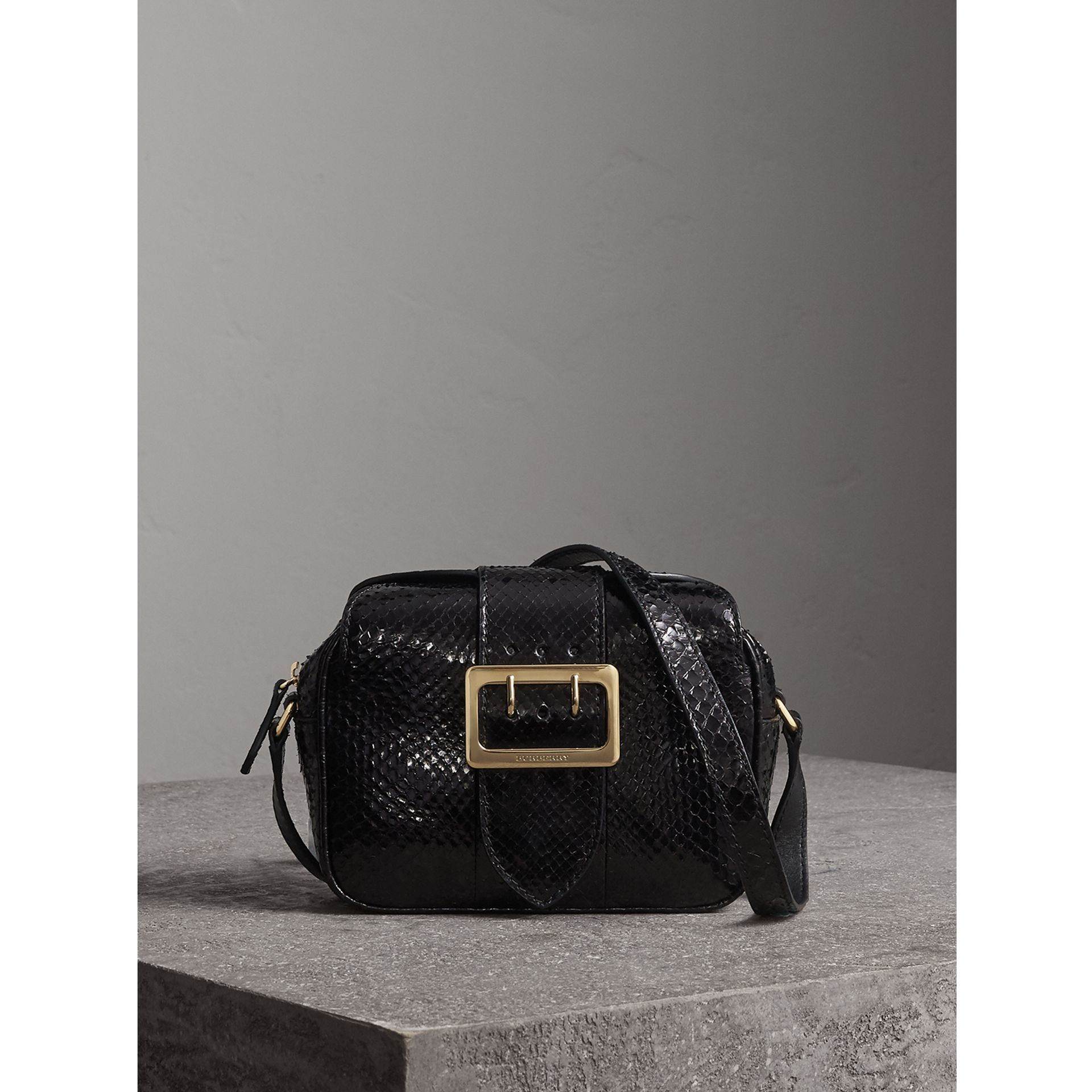 The Small Buckle Crossbody Bag aus Pythonleder (Schwarz) - Damen | Burberry - Galerie-Bild 1