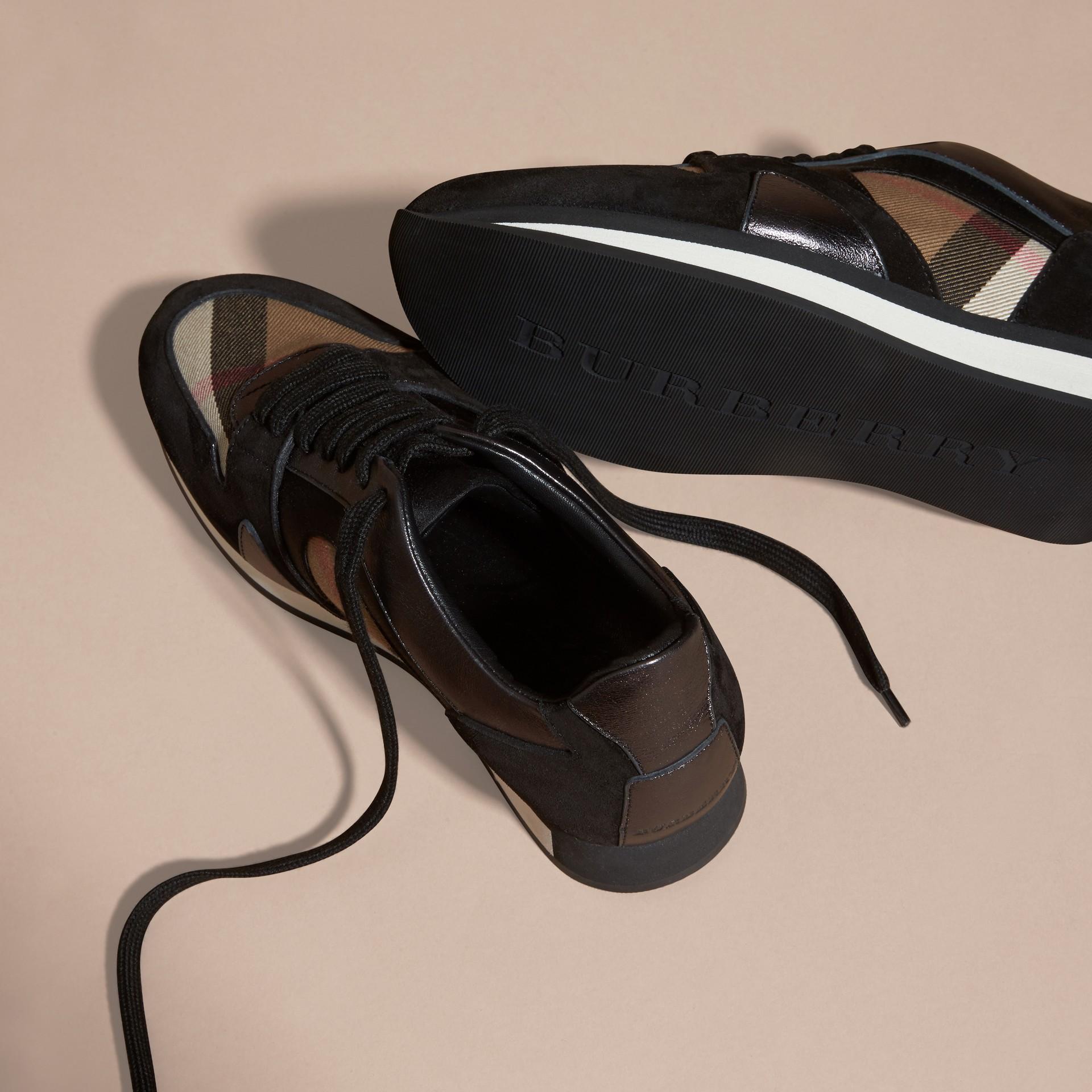 House check/smoke métallisé Field Sneakers en tissu à motif House check, cuir velours et cuir - photo de la galerie 5