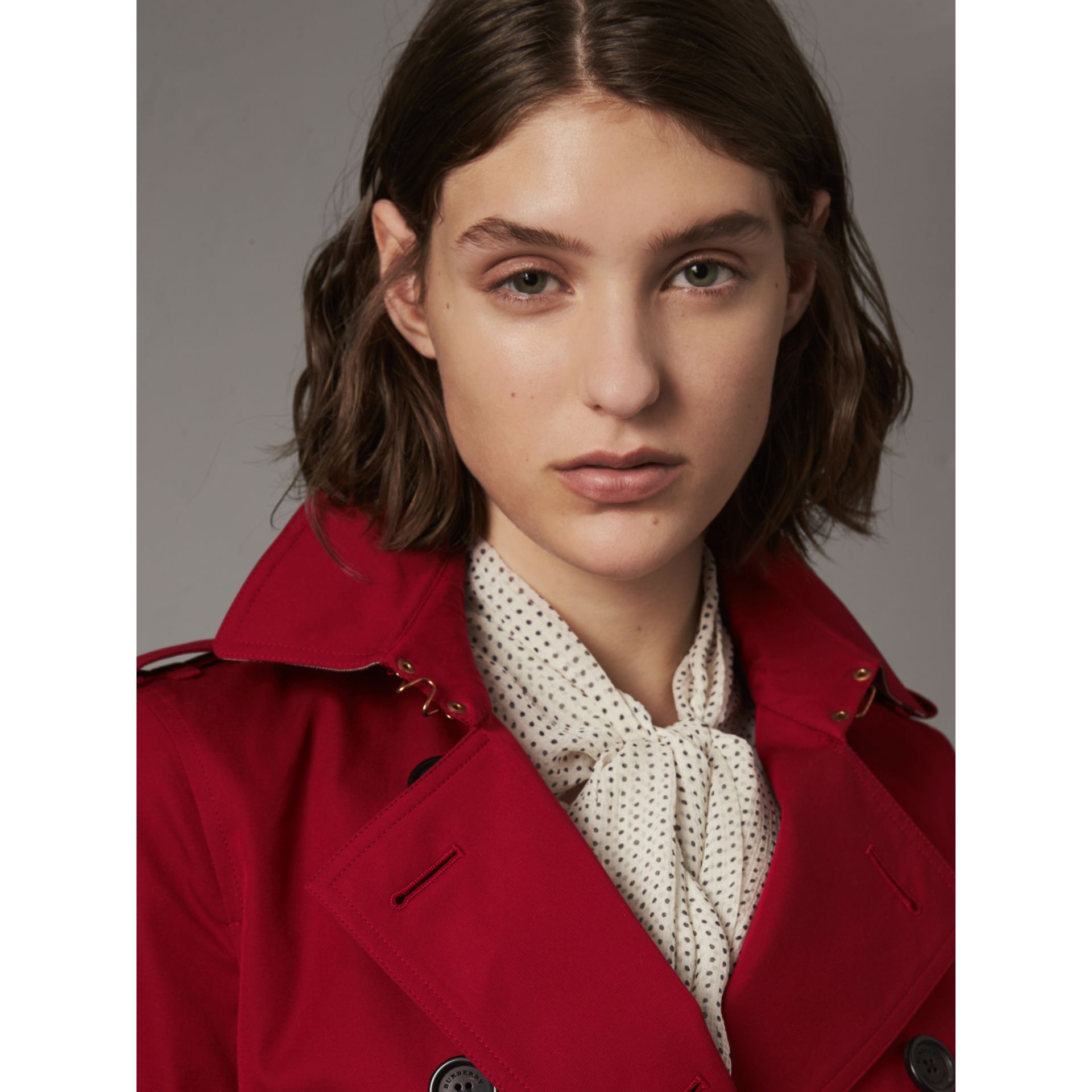 The Kensington – Short Heritage Trench Coat in Parade Red - Women | Burberry - gallery image 5