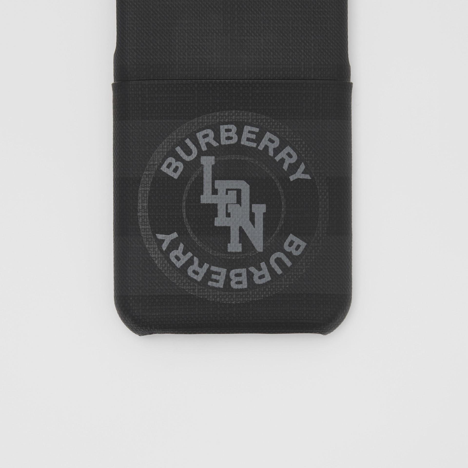 로고 그래픽 런던 체크 아이폰 11 프로 케이스 (다크 차콜) - 남성 | Burberry - 갤러리 이미지 1