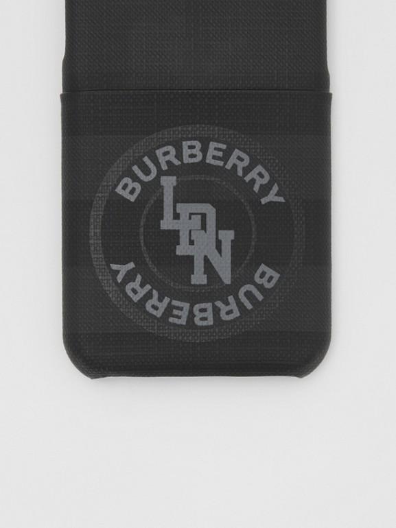 로고 그래픽 런던 체크 아이폰 11 프로 케이스 (다크 차콜) - 남성 | Burberry - cell image 1