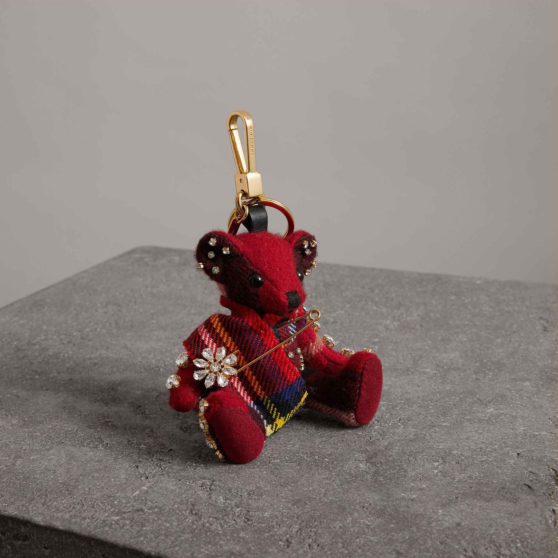 Bijou porte-clés Thomas Bear avec épingle à kilt (Rouge Parade) - Femme | Burberry - photo de la galerie 0