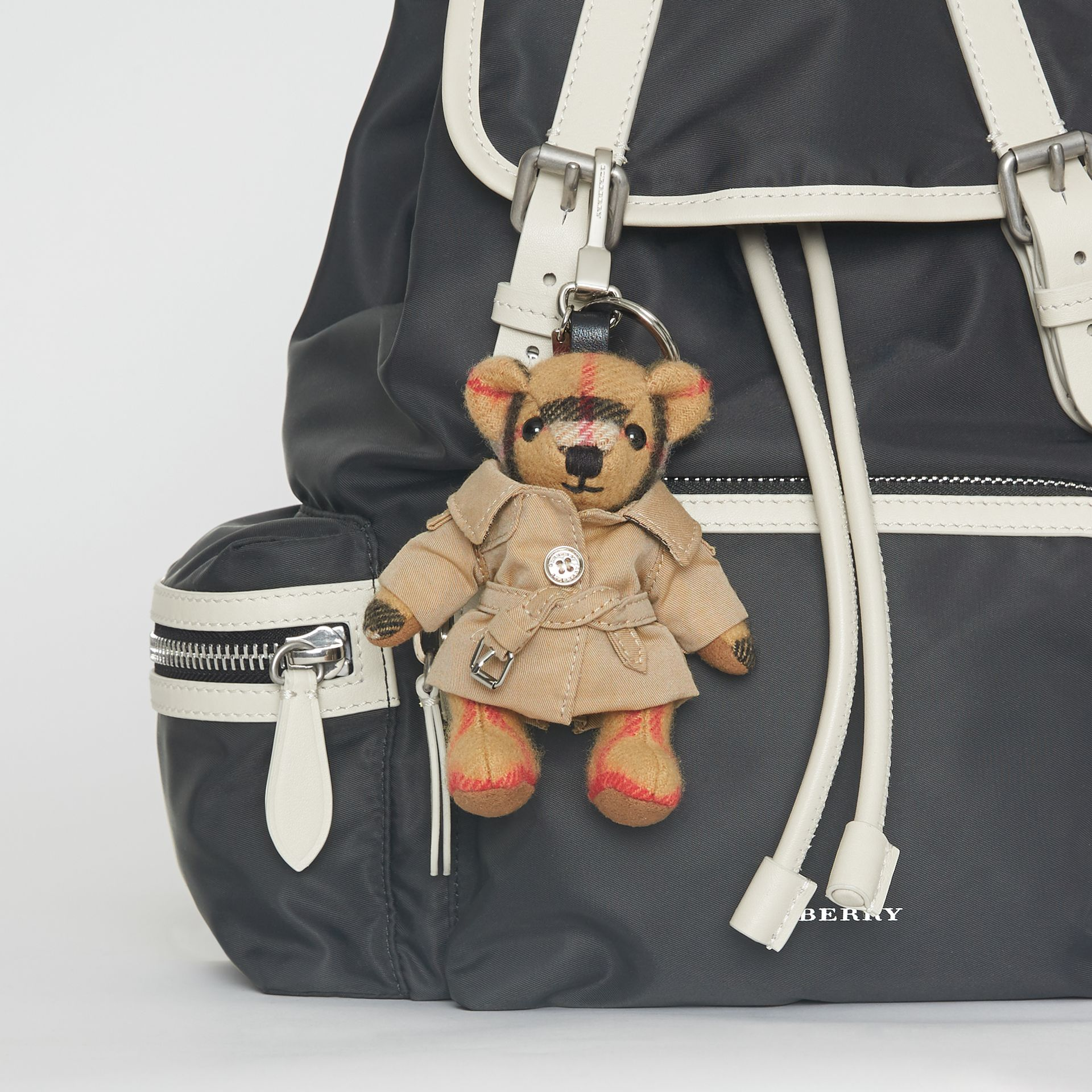 Bijou porte-clés Thomas Bear avec trench (Jaune Antique) | Burberry - photo de la galerie 2