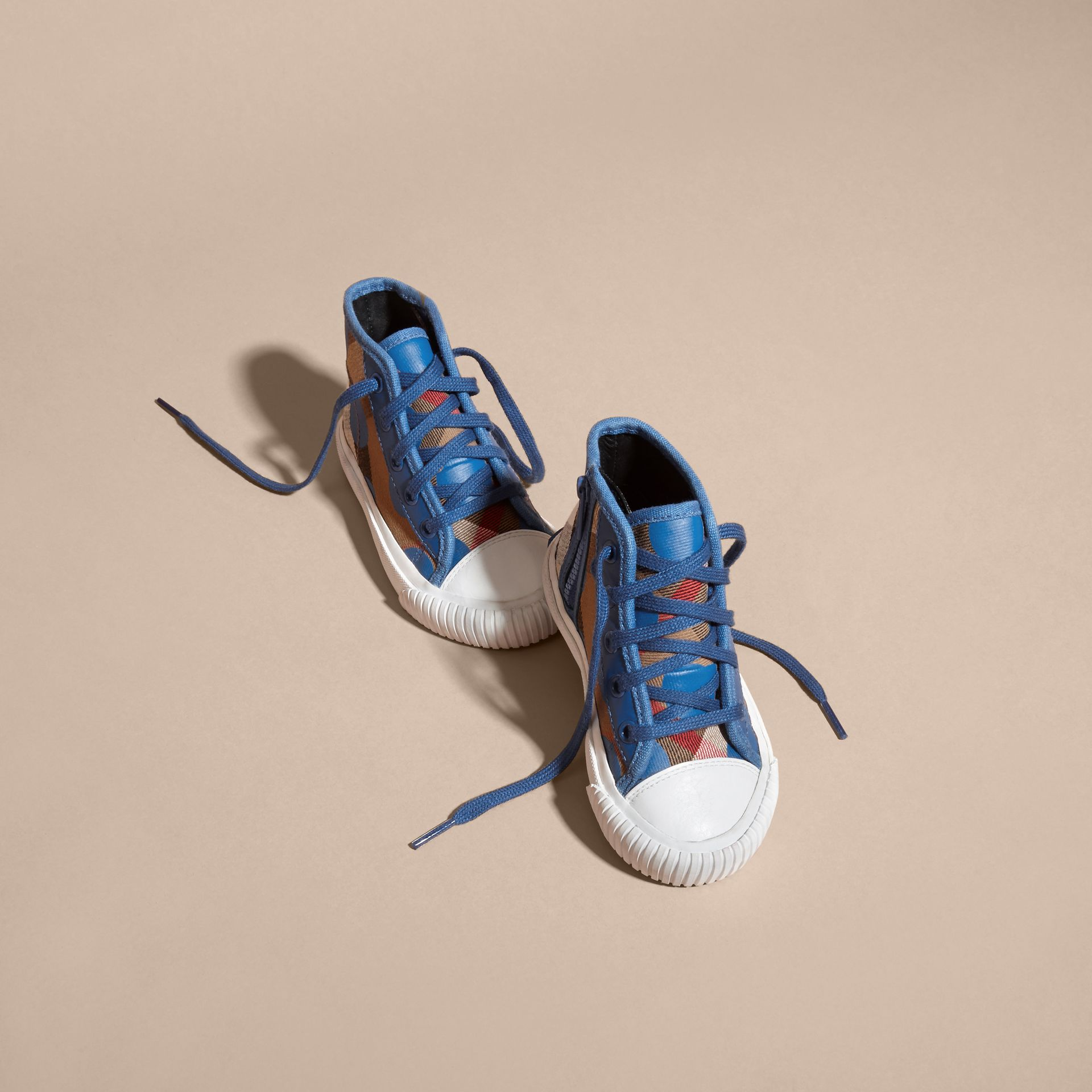 Bleu lupin Sneakers montantes à motif check et imprimé à cœurs, avec détails en cuir Bleu Lupin - photo de la galerie 3
