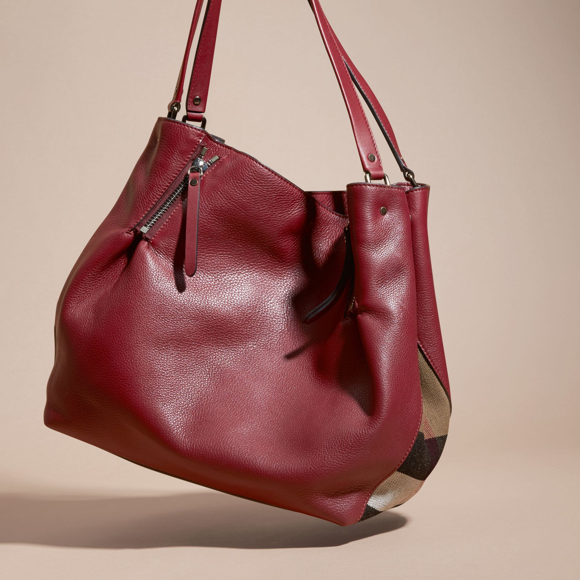 Rouge bourgogne Sac tote medium en cuir orné de touches check - photo de la galerie 4