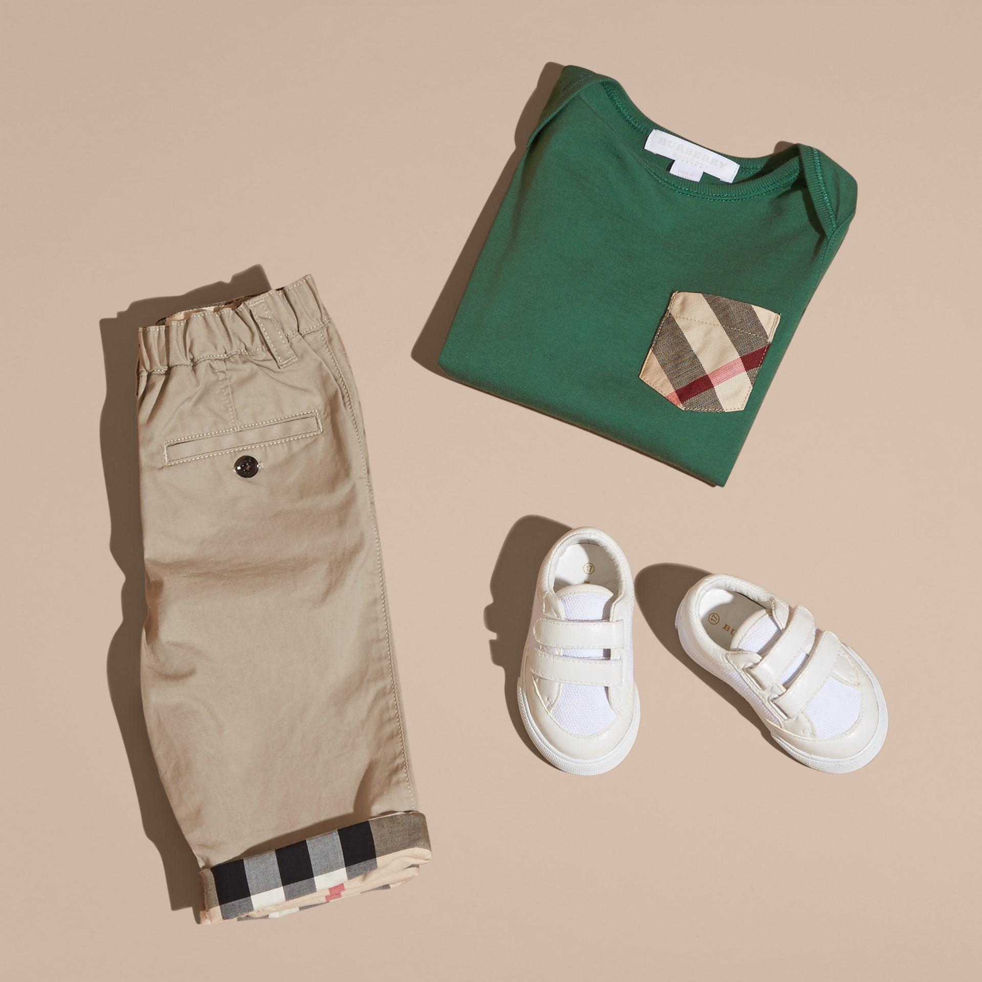 Verde foresta T-shirt a maniche lunghe con tasca con motivo check Verde Foresta - immagine della galleria 5