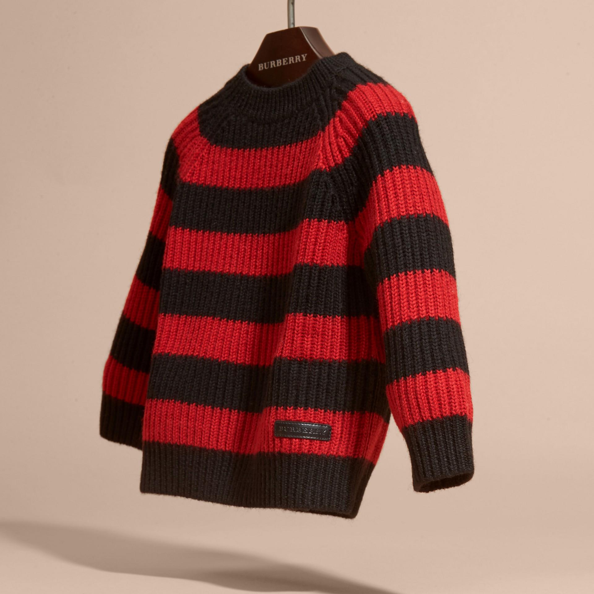 Rouge parade Pull rayé en laine mérinos - photo de la galerie 3