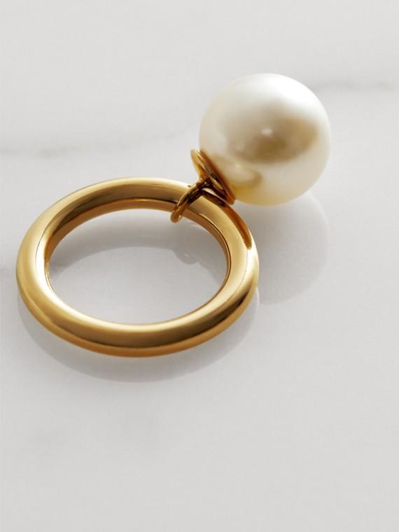 Bague plaquée or avec perle de synthèse (Clair/blanc) - Femme   Burberry Canada - cell image 3