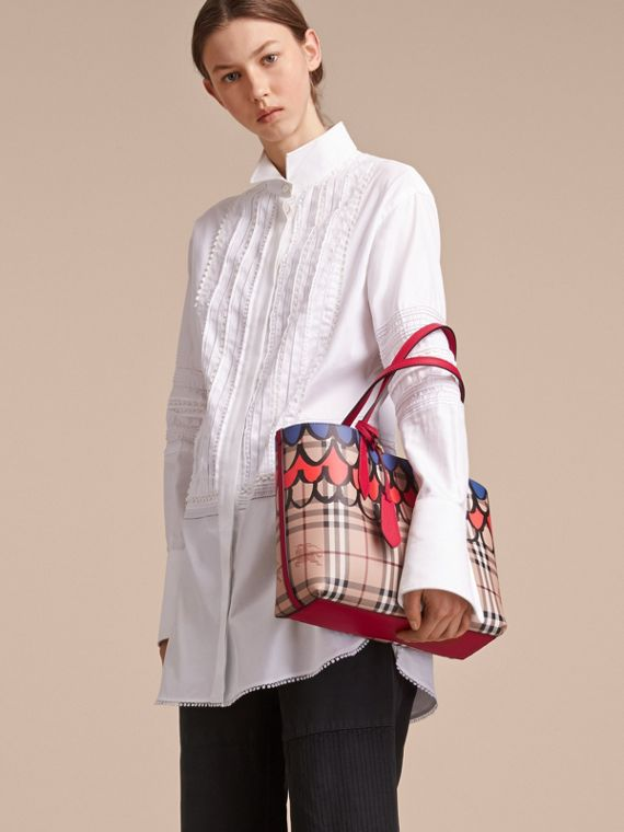 The Small Reversible Tote in Trompe L'oeil Print in Poppy Red - Women | Burberry Singapore - cell image 2