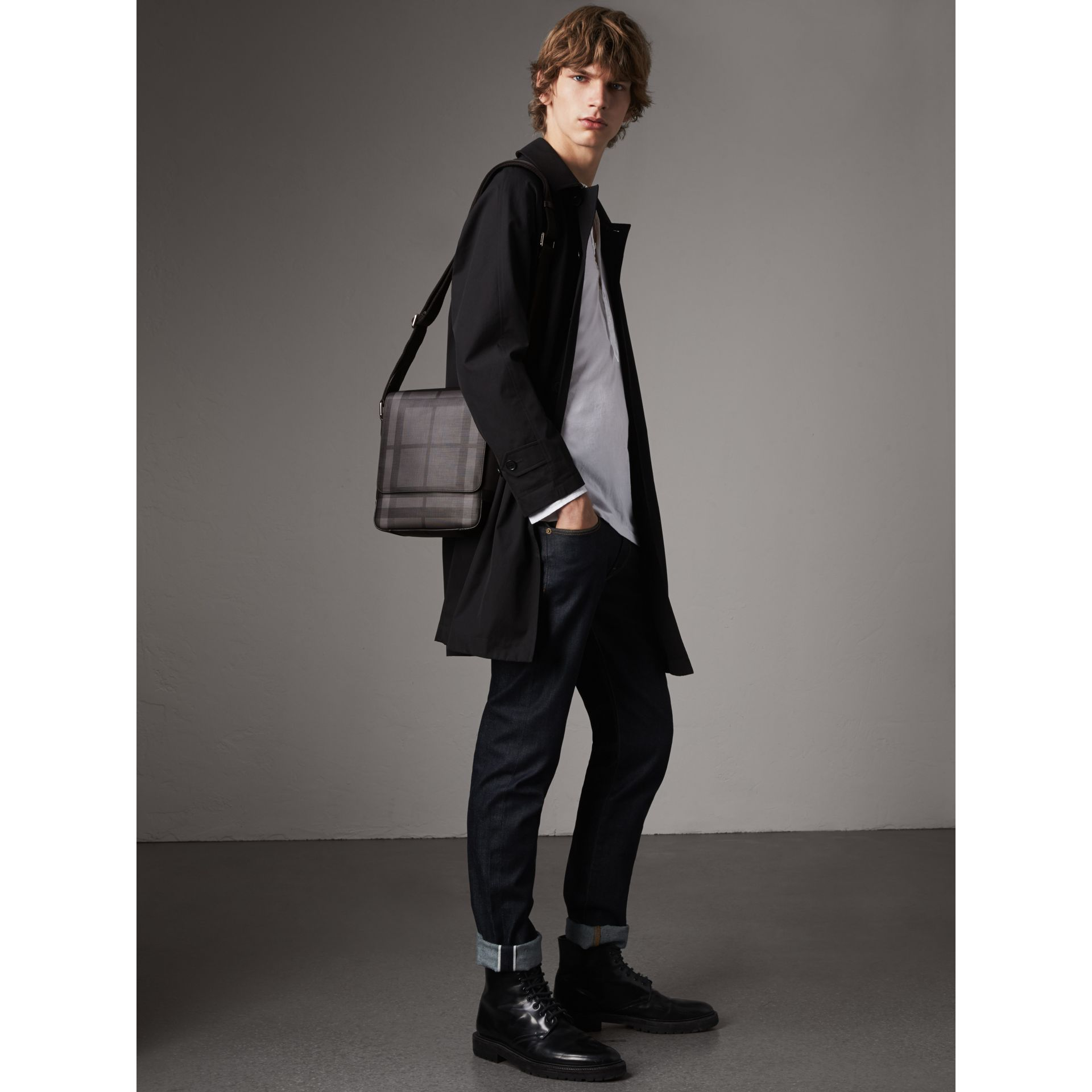 Sac à bandoulière avec motif London check (Anthracite/noir) - Homme | Burberry - photo de la galerie 2