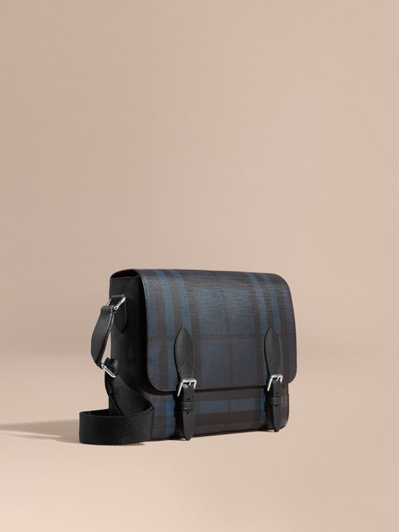 Borsa messenger con motivo London check e finiture in pelle Navy/nero