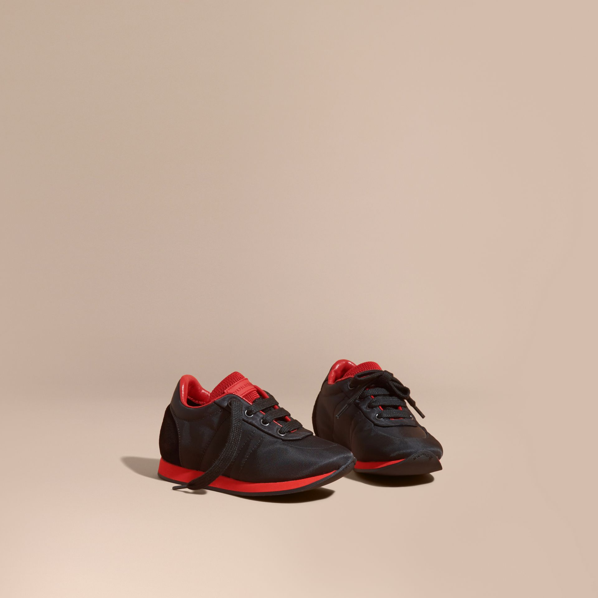 Noir/rouge militaire Sneakers en satin et cuir bicolore - photo de la galerie 1