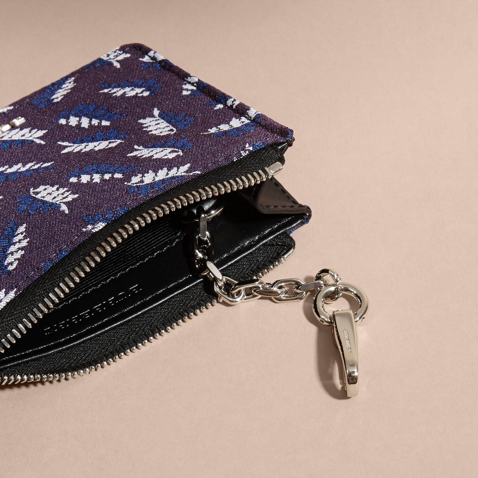 Aubergine intense Portefeuille en jacquard à motif feuillage avec zip supérieur Aubergine Intense - photo de la galerie 5