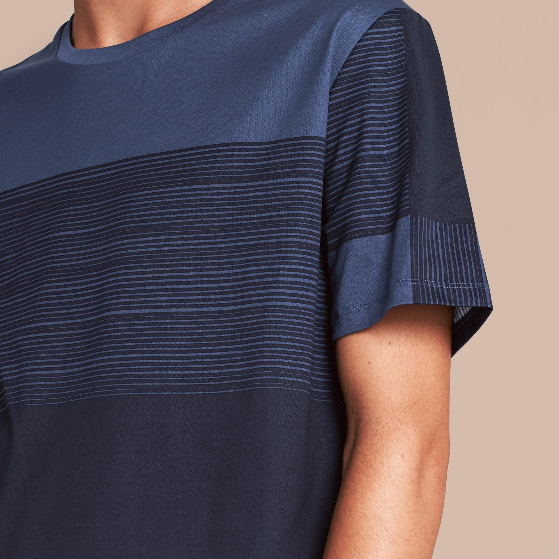 Navy T-shirt in cotone con motivo check stampato Navy - immagine della galleria 5