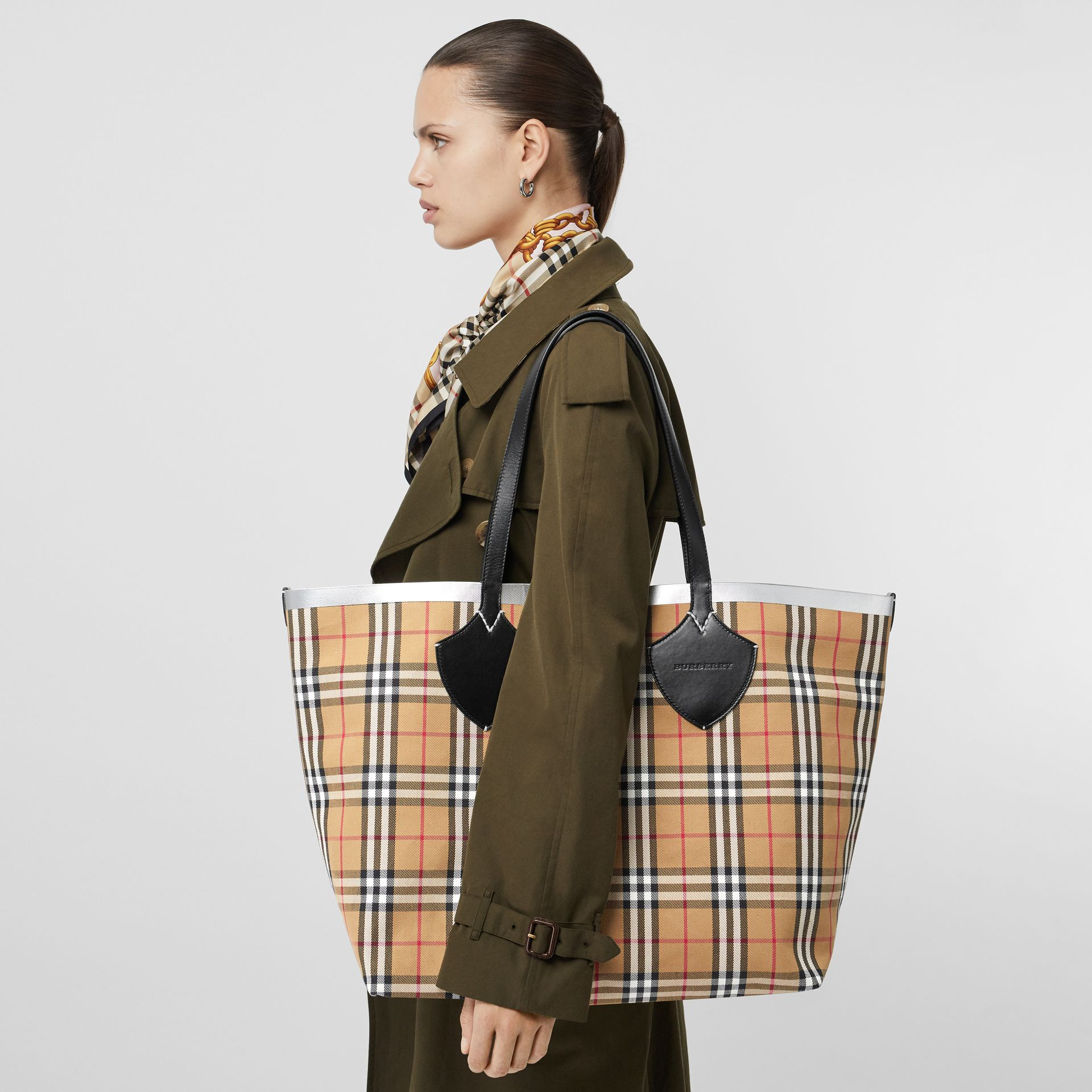 The Giant Reversible Tote in Vintage Check in Black/silver | Burberry - gallery image 3