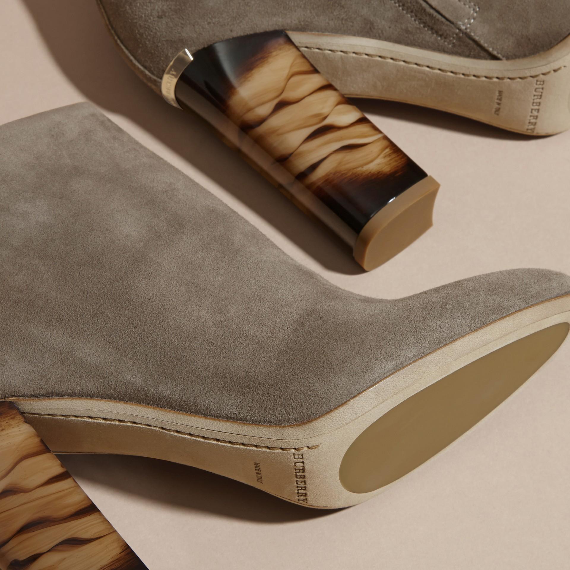 Camaïeu de pourpres foncés Bottines en cuir velours - photo de la galerie 5