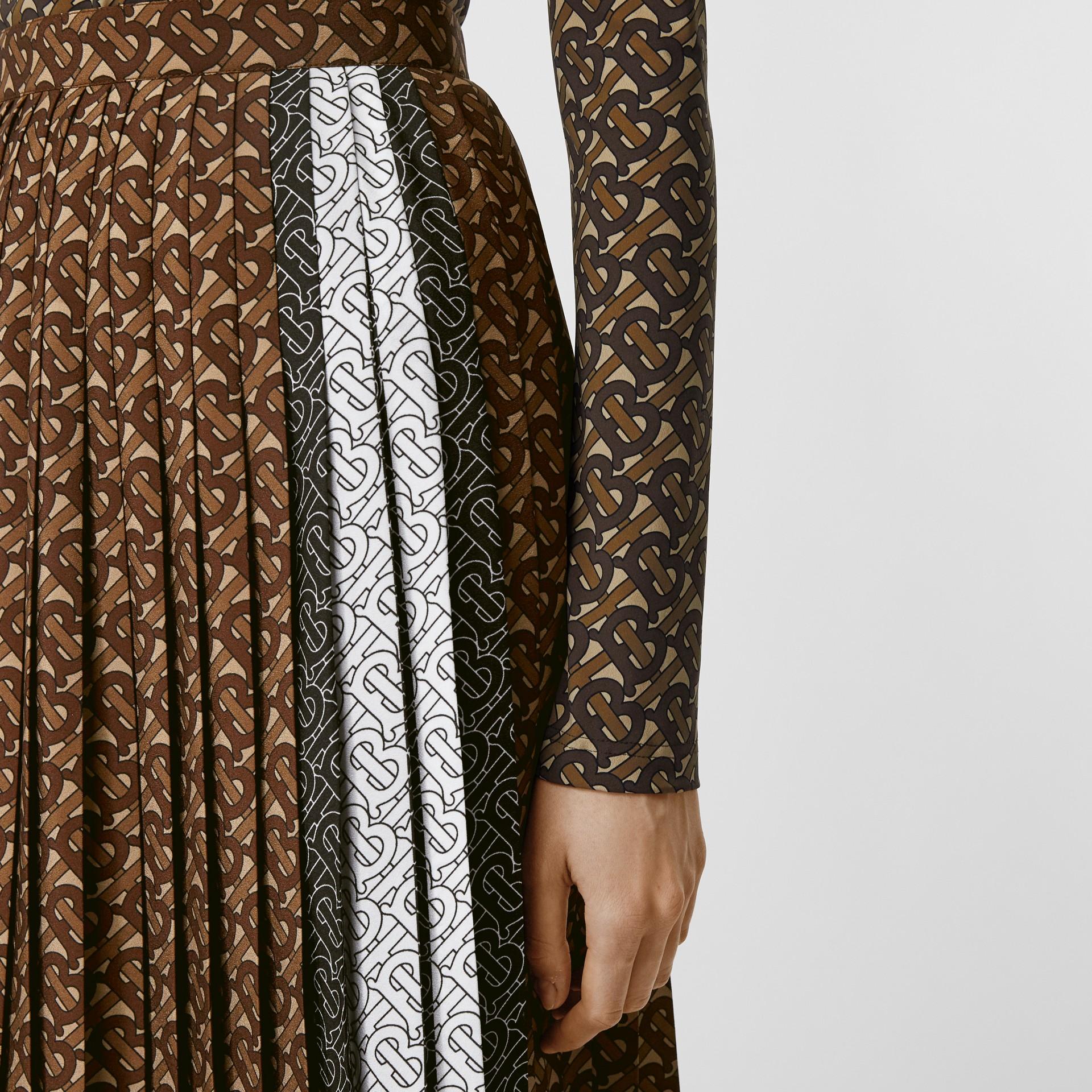 Falda plisada en crepé con estampado de rayas y monogramas (Moca Oscuro) - Mujer | Burberry - imagen de la galería 1