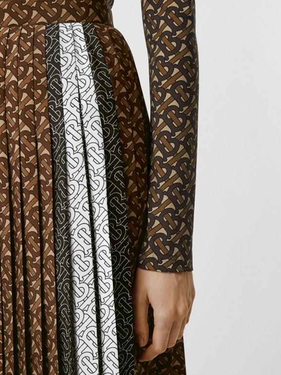 Falda plisada en crepé con estampado de rayas y monogramas (Moca Oscuro) - Mujer | Burberry - cell image 1