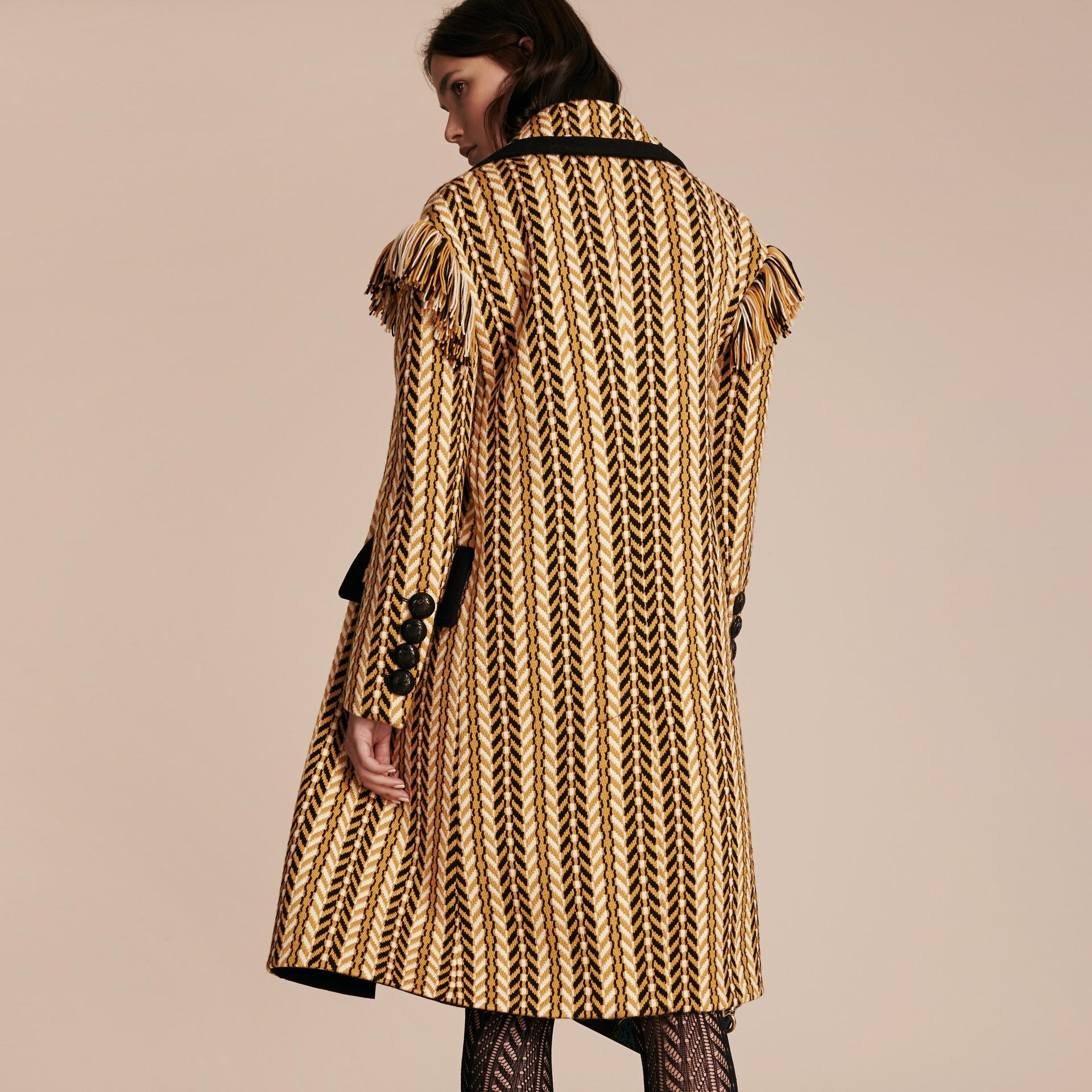 Giallo ocra Il cappotto frangiato - immagine della galleria 4