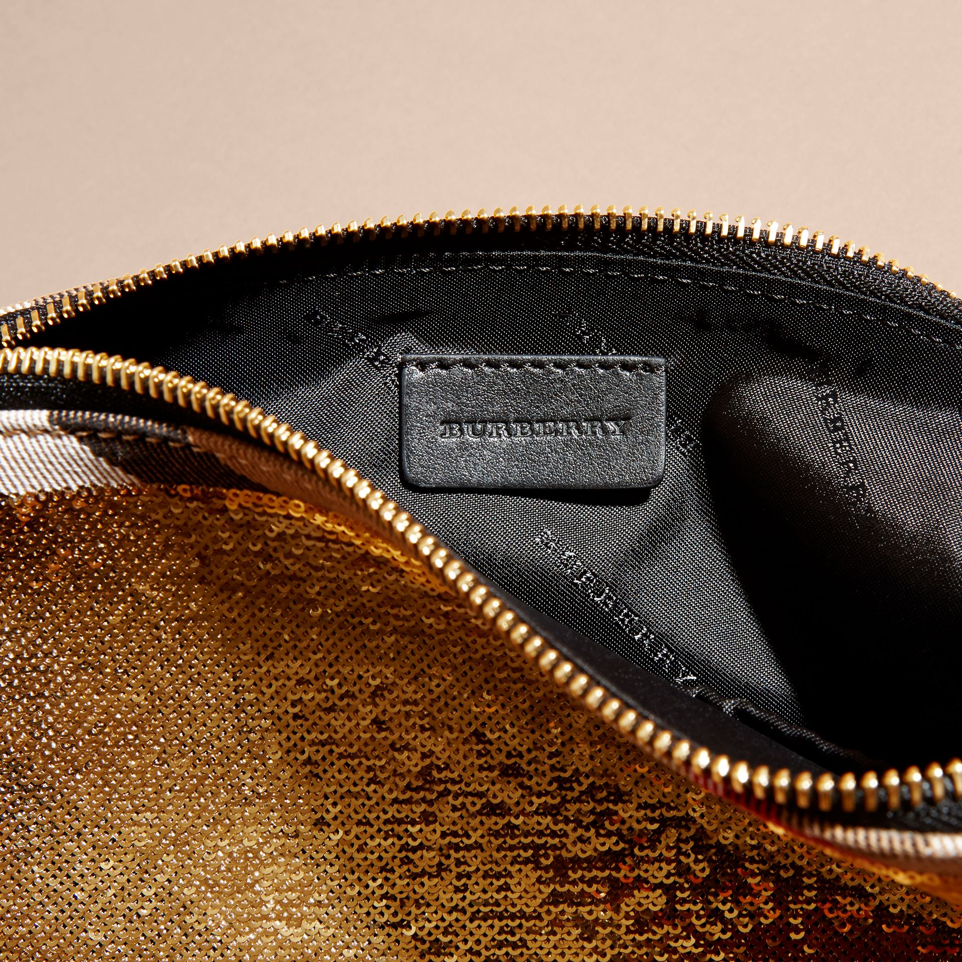 Or/noir Grande pochette zippée à motif House check et sequins Or/noir - photo de la galerie 5