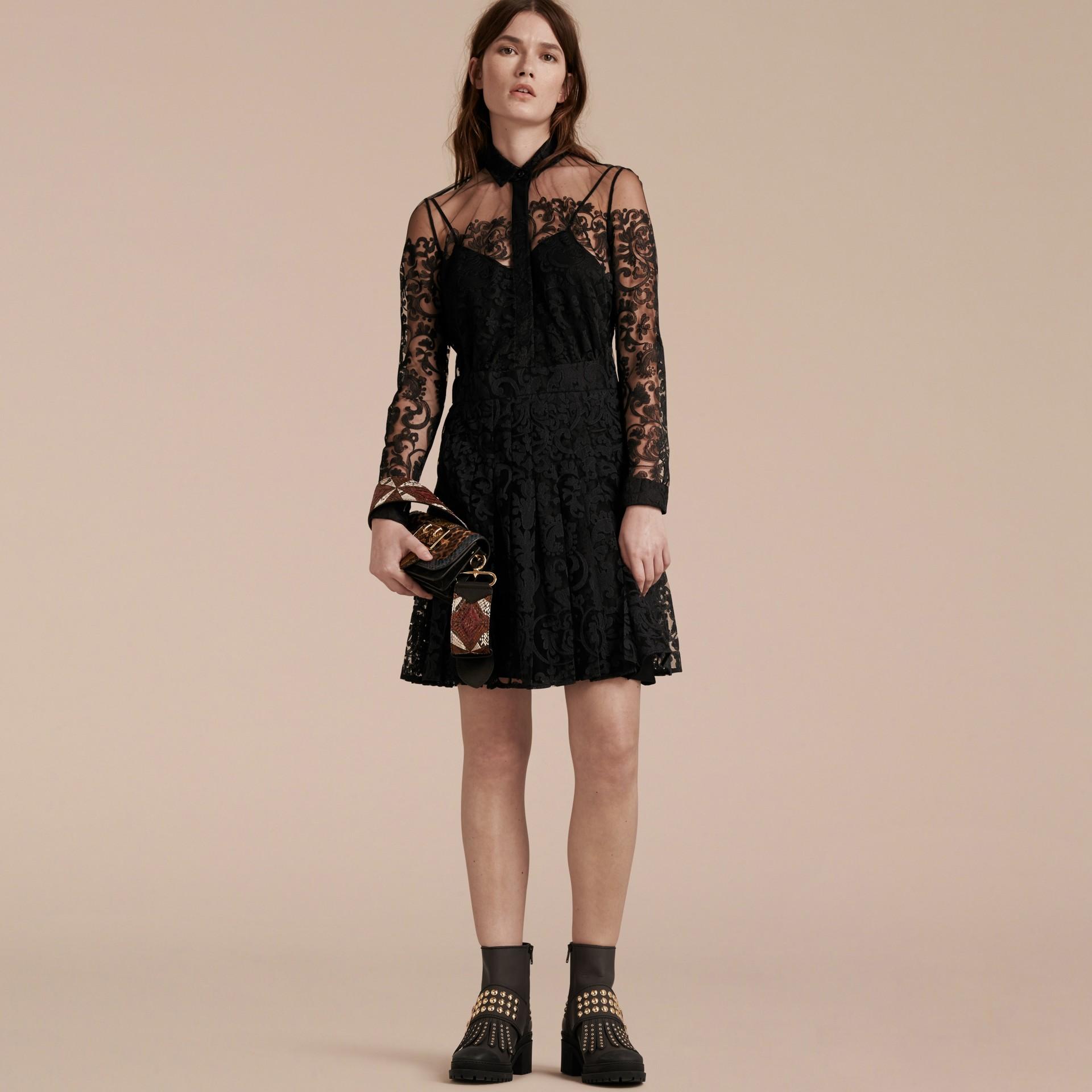 Noir Robe chemise en dentelle - photo de la galerie 7