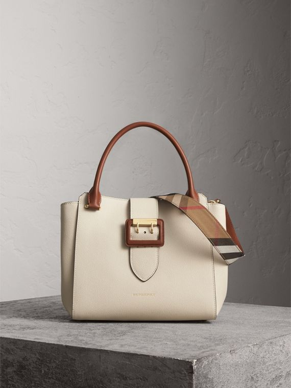 The Medium Buckle Tote aus genarbtem Leder (Kalksteinfarben)