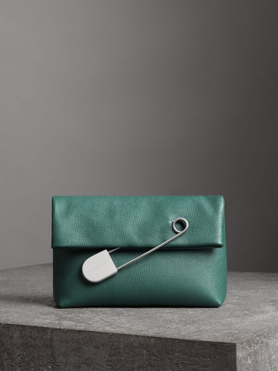 The Medium Pin Clutch aus Leder (Seegrün)