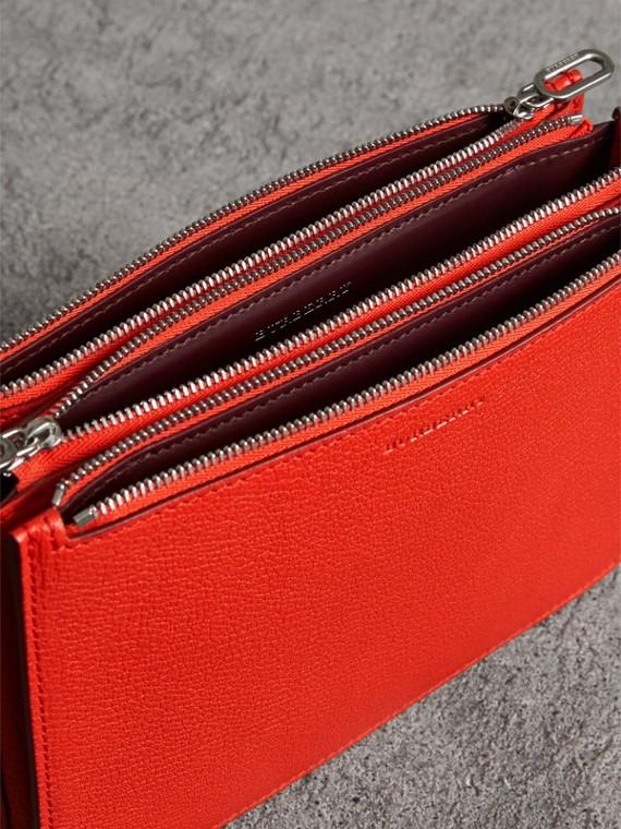 Crossbody-Tasche aus genarbtem Leder mit drei Reißverschlussfächern (Leuchtendes Rot) - Damen | Burberry - cell image 3
