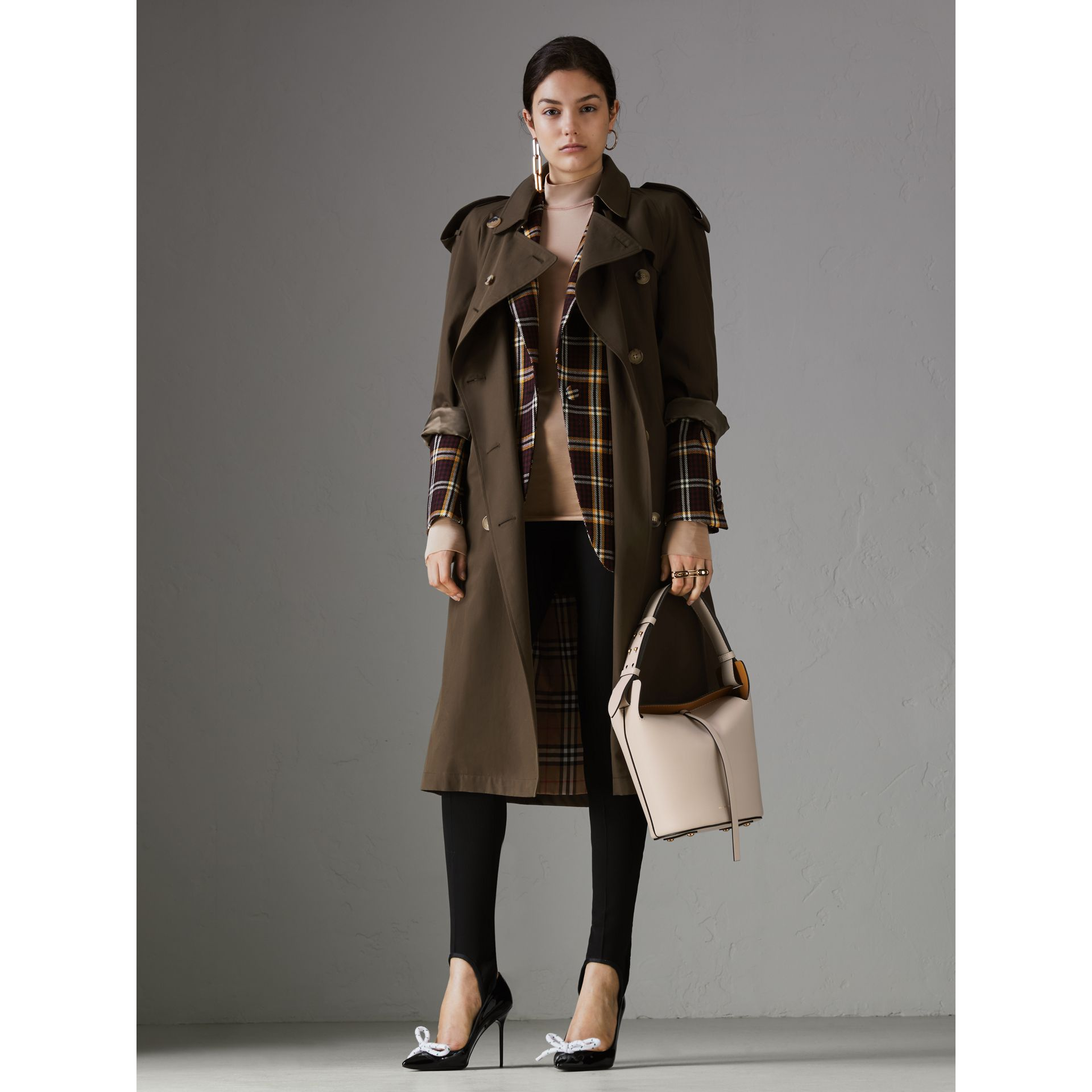 Petit sac The Bucket en cuir (Calcaire) - Femme | Burberry Canada - photo de la galerie 2