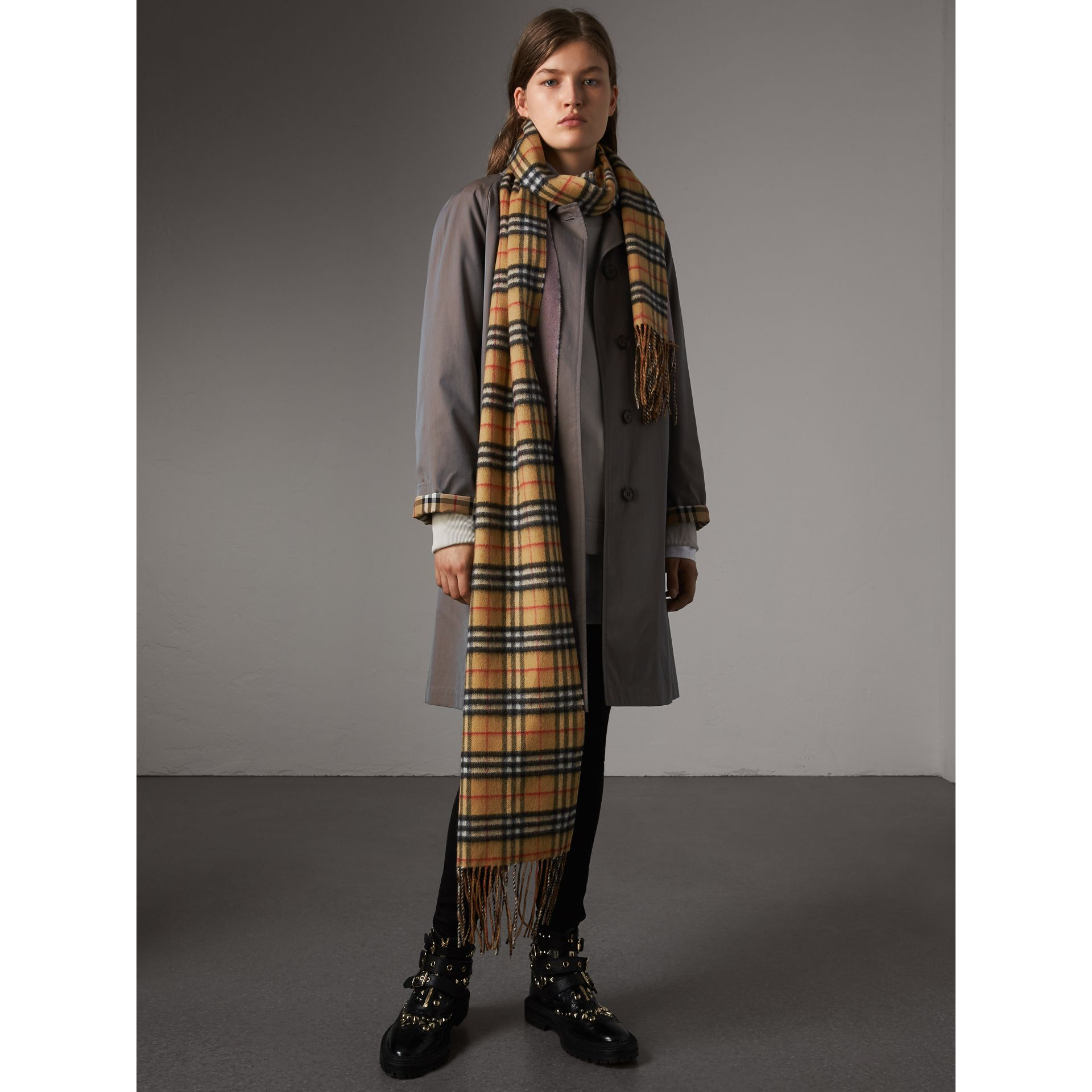 Long Reversible Vintage Check Double-faced Cashmere Scarf in Lilac Grey | Burberry United States - gallery image 3