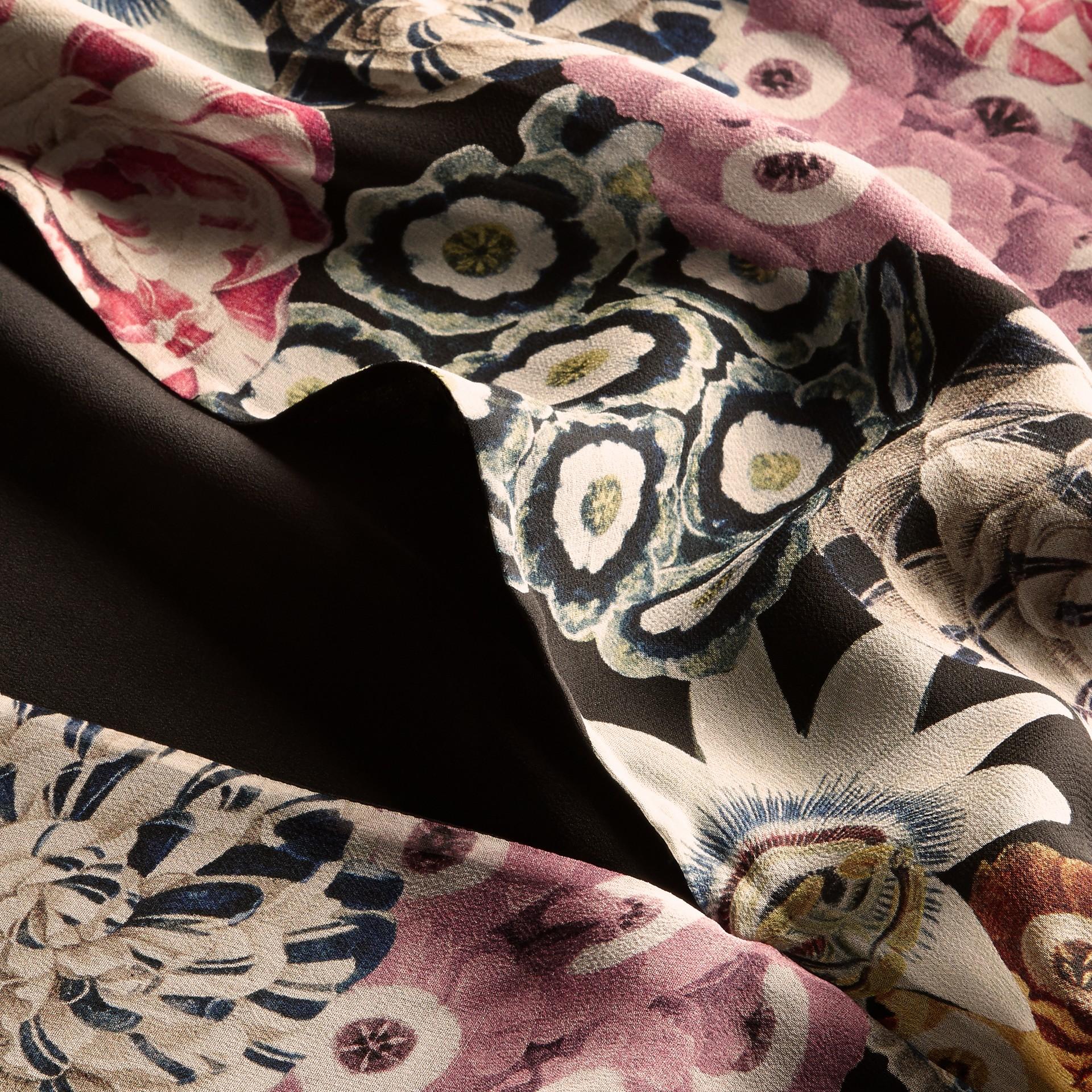 Schwarz Geraffter Seidenrock mit floralem Muster - Galerie-Bild 2
