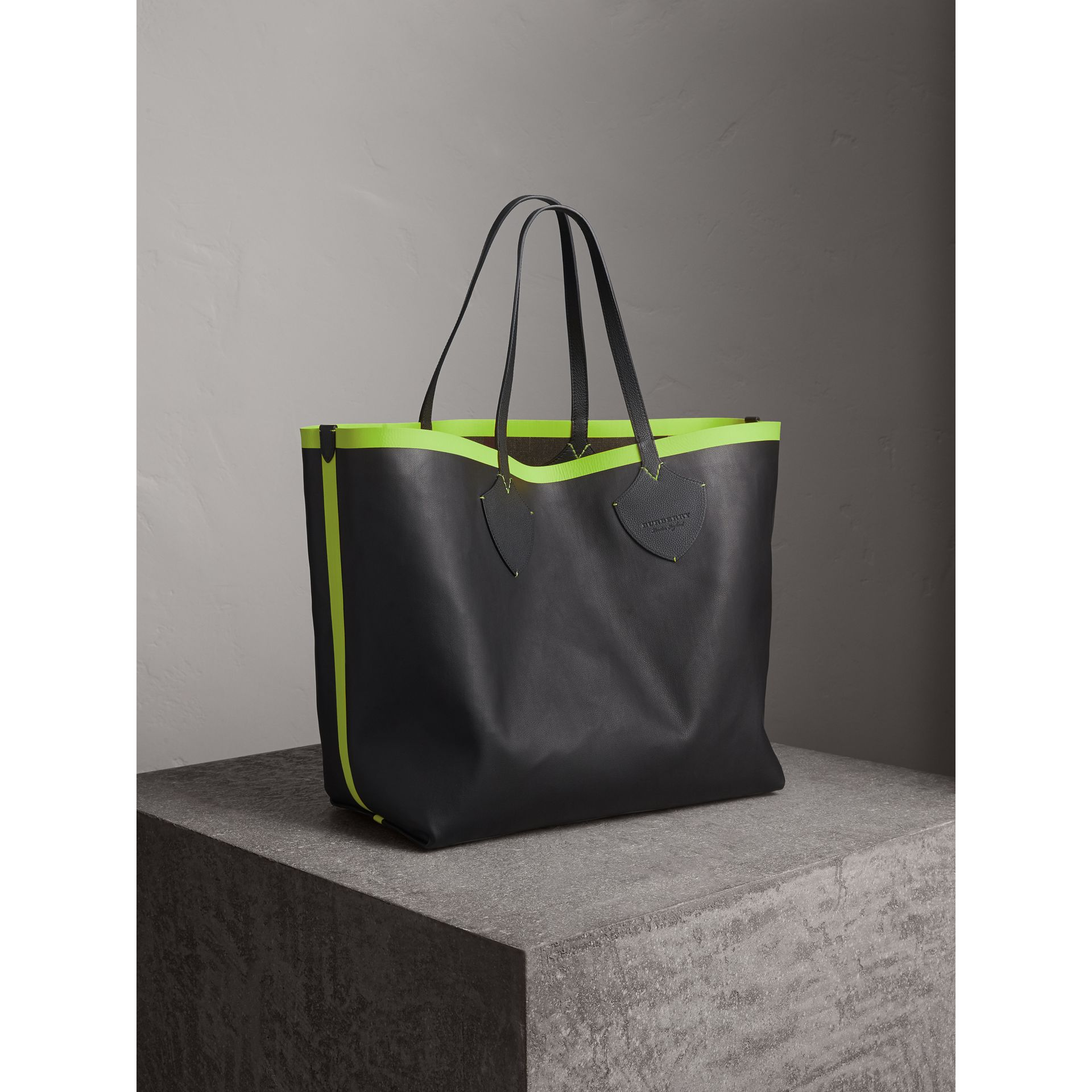 The Giant Reversible Tote in Canvas Check and Leather in Black/neon Yellow | Burberry - gallery image 10