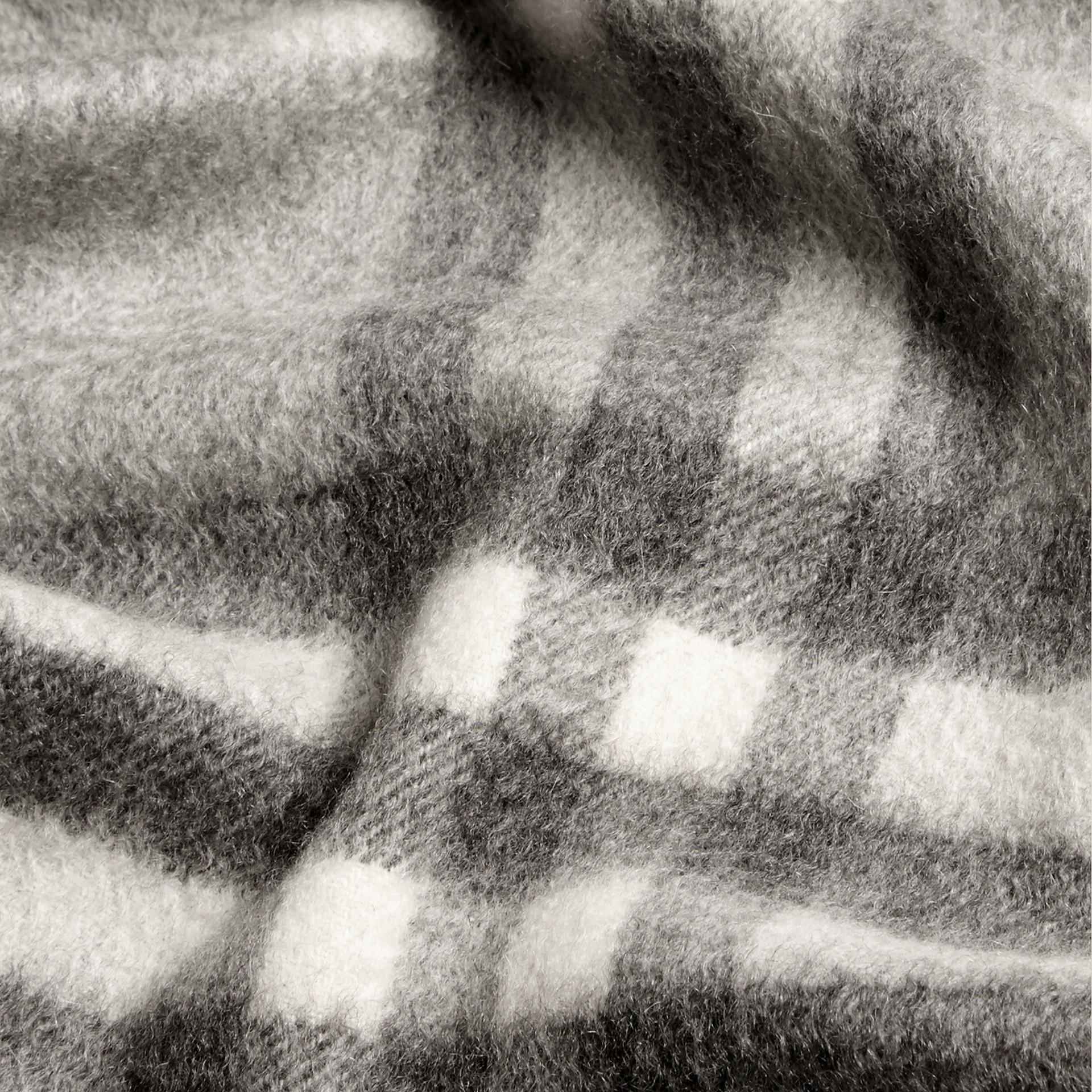 Gris pâle Mini écharpe classique en cachemire à motif check Gris Pâle - photo de la galerie 4