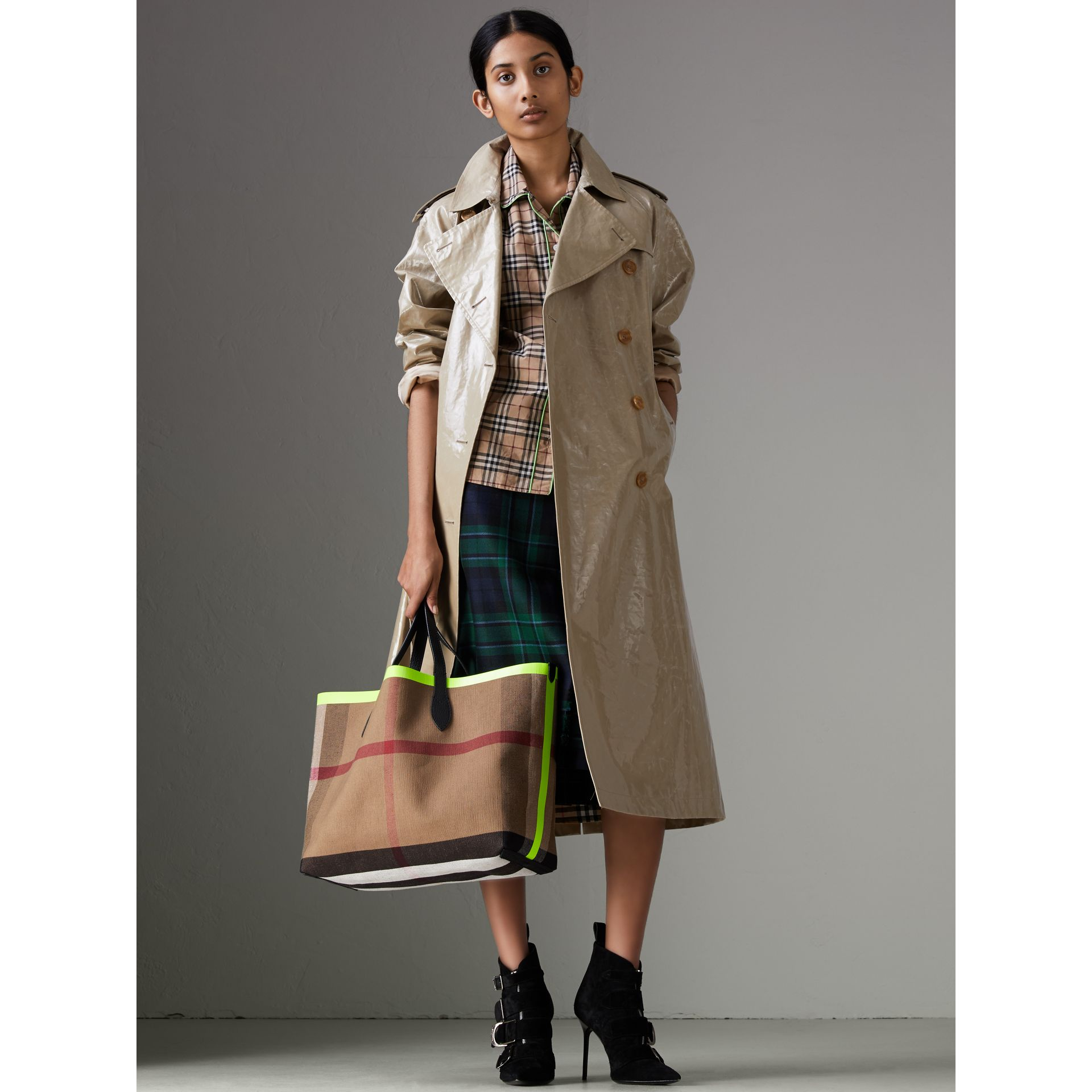 The Medium Giant Reversible Tote in Canvas and Leather in Black/neon Yellow | Burberry United Kingdom - gallery image 2