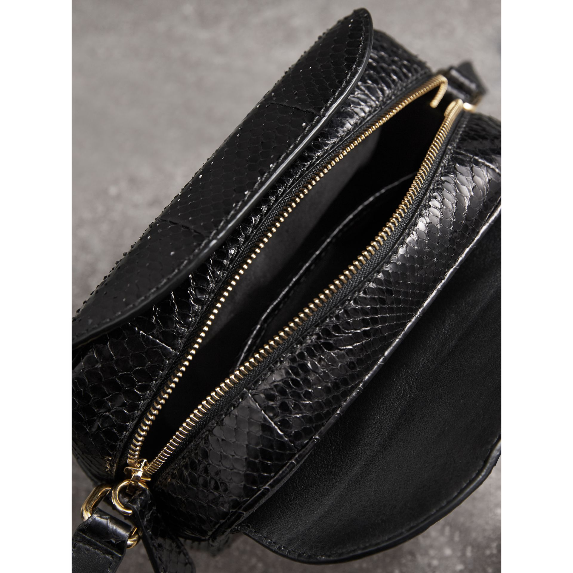 The Small Buckle Crossbody Bag aus Pythonleder (Schwarz) - Damen | Burberry - Galerie-Bild 5