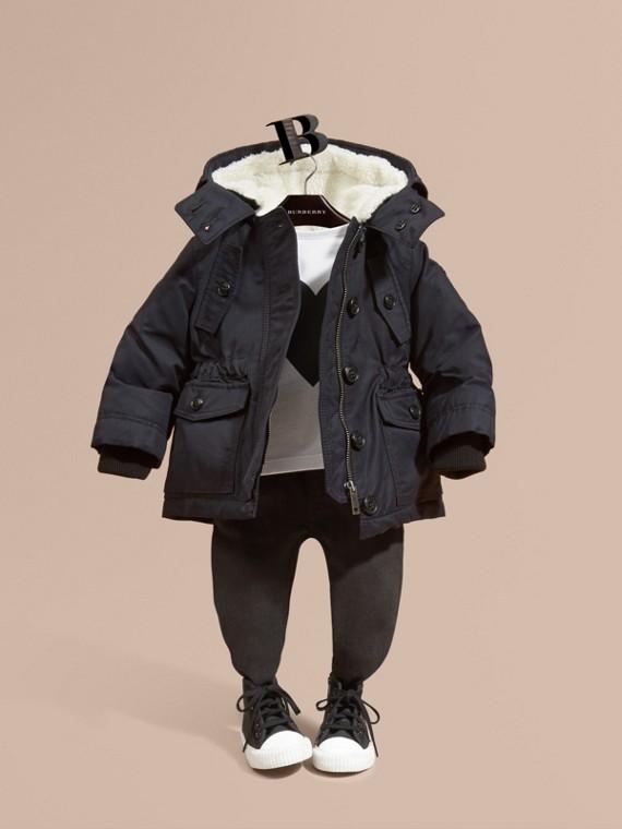 Abrigo con relleno de plumón y capucha con forro de quita y pon