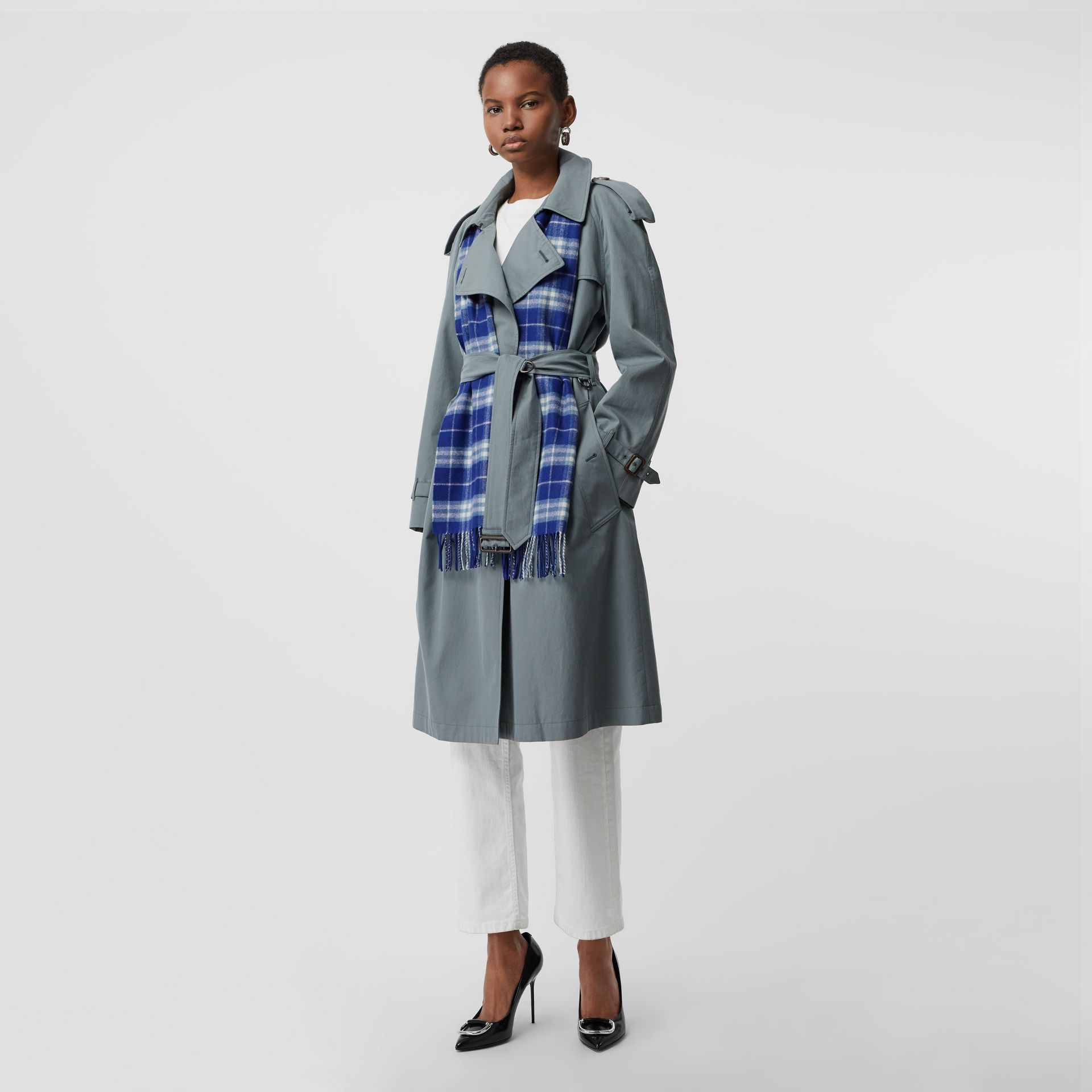The Classic Vintage Check Cashmere Scarf in Bright Lapis | Burberry United States - gallery image 2