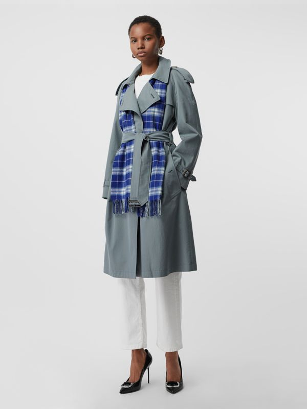 The Classic Vintage Check Cashmere Scarf in Bright Lapis | Burberry United States - cell image 2