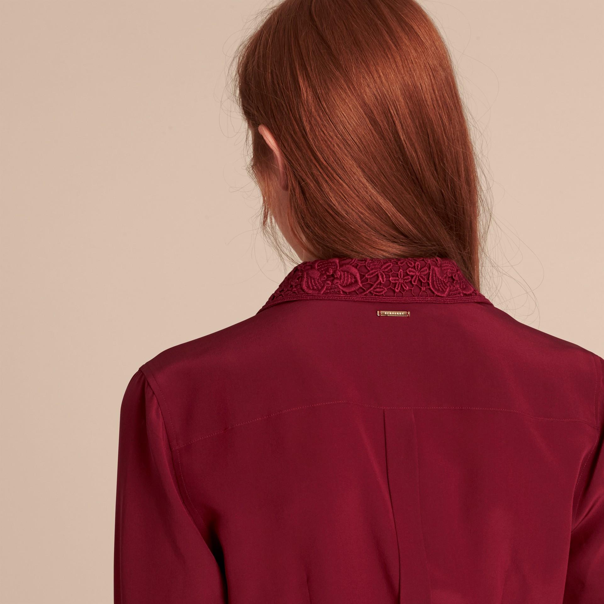 Cremisi scuro Camicia in seta con colletto in pizzo Cremisi Scuro - immagine della galleria 6
