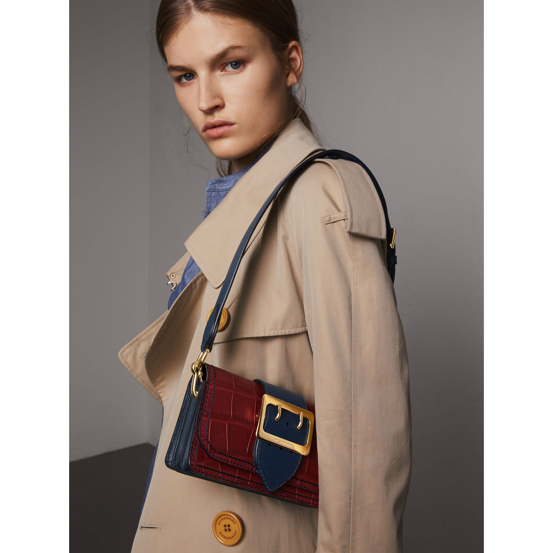 The Small Buckle Bag aus Alligatorleder und Leder (Granatrot/saphirblau) - Damen | Burberry - Galerie-Bild 8