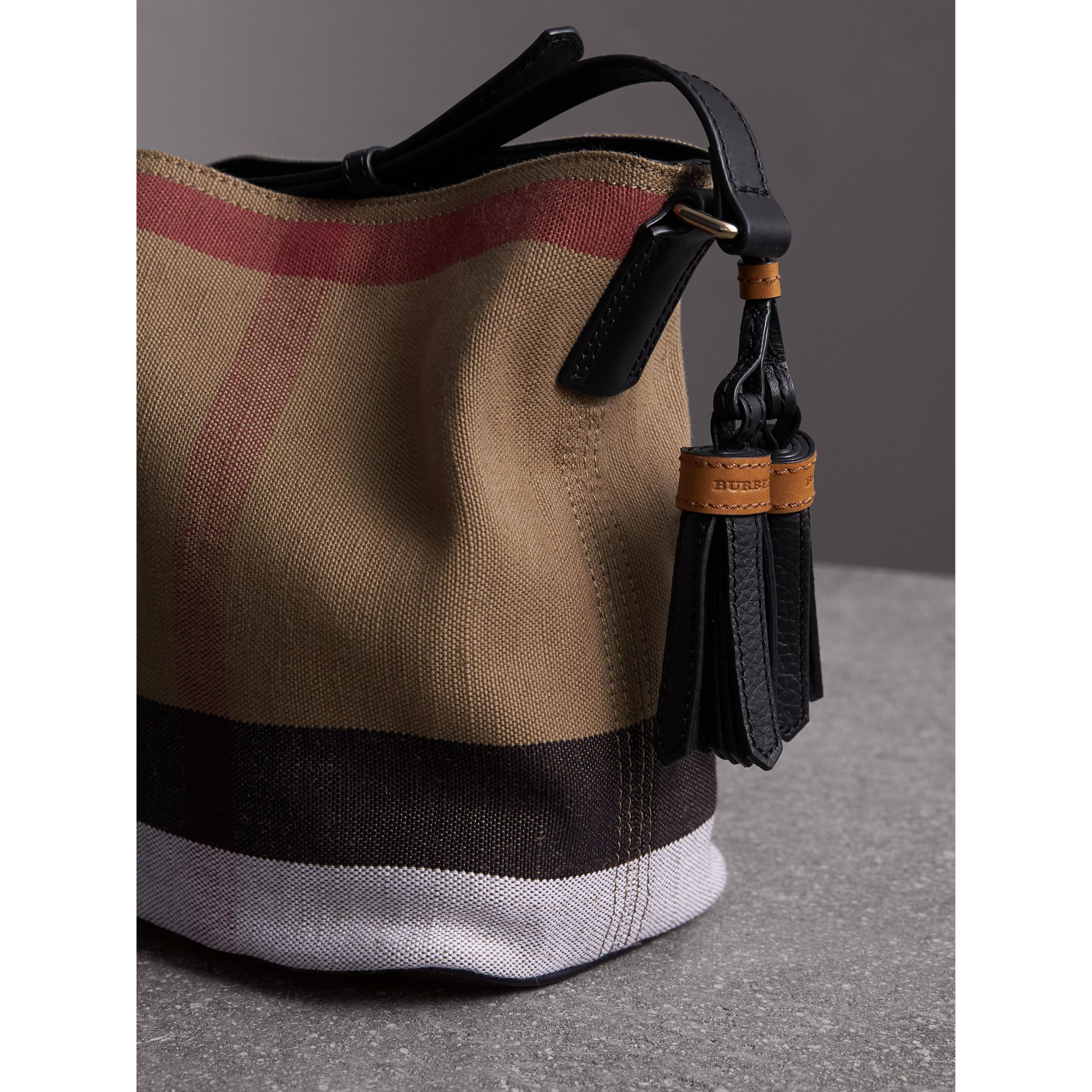 Petit sac The Ashby à motif Canvas check avec cuir (Noir) - Femme | Burberry - photo de la galerie 4