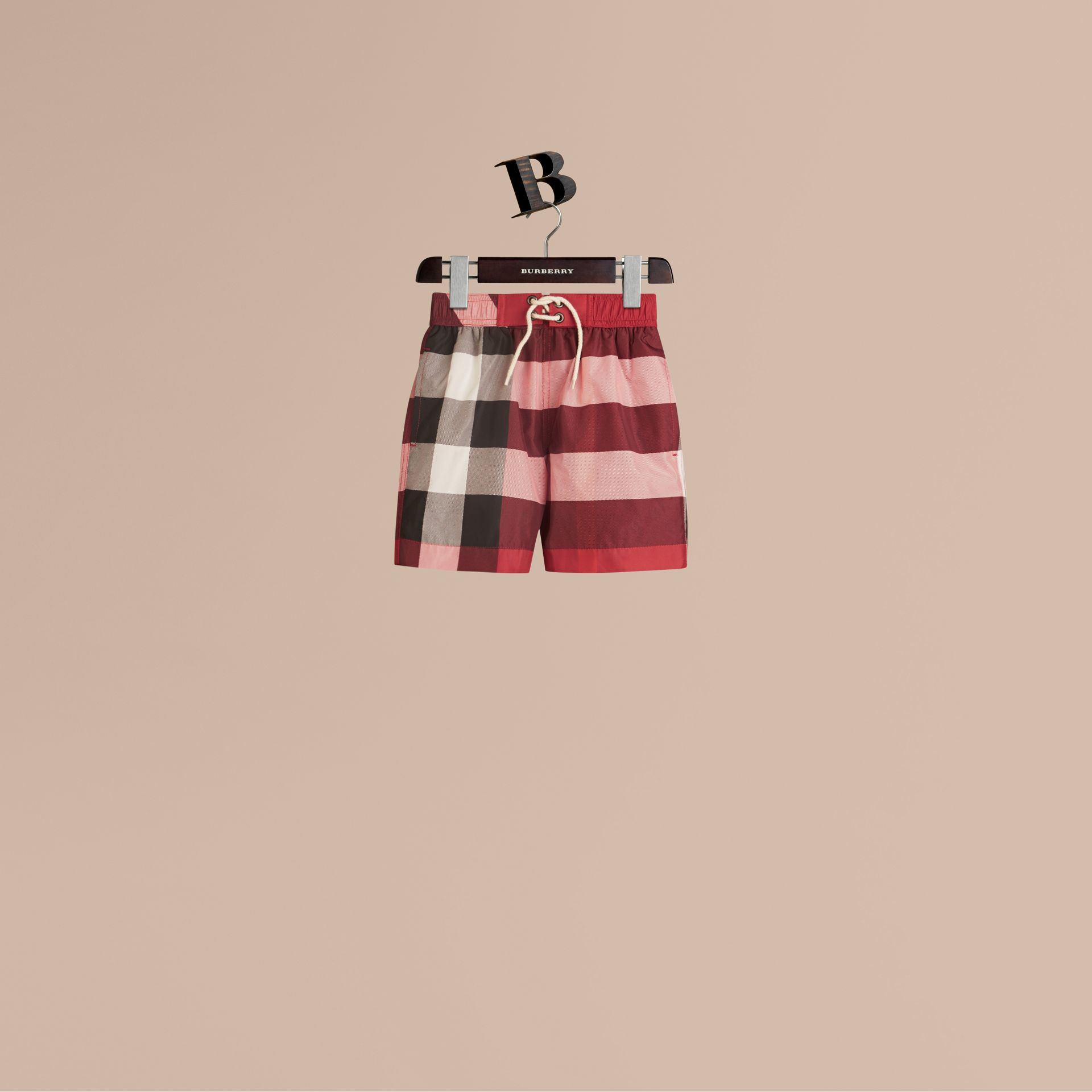 Short de bain à motif check (Rouge Parade) - Garçon | Burberry - photo de la galerie 1