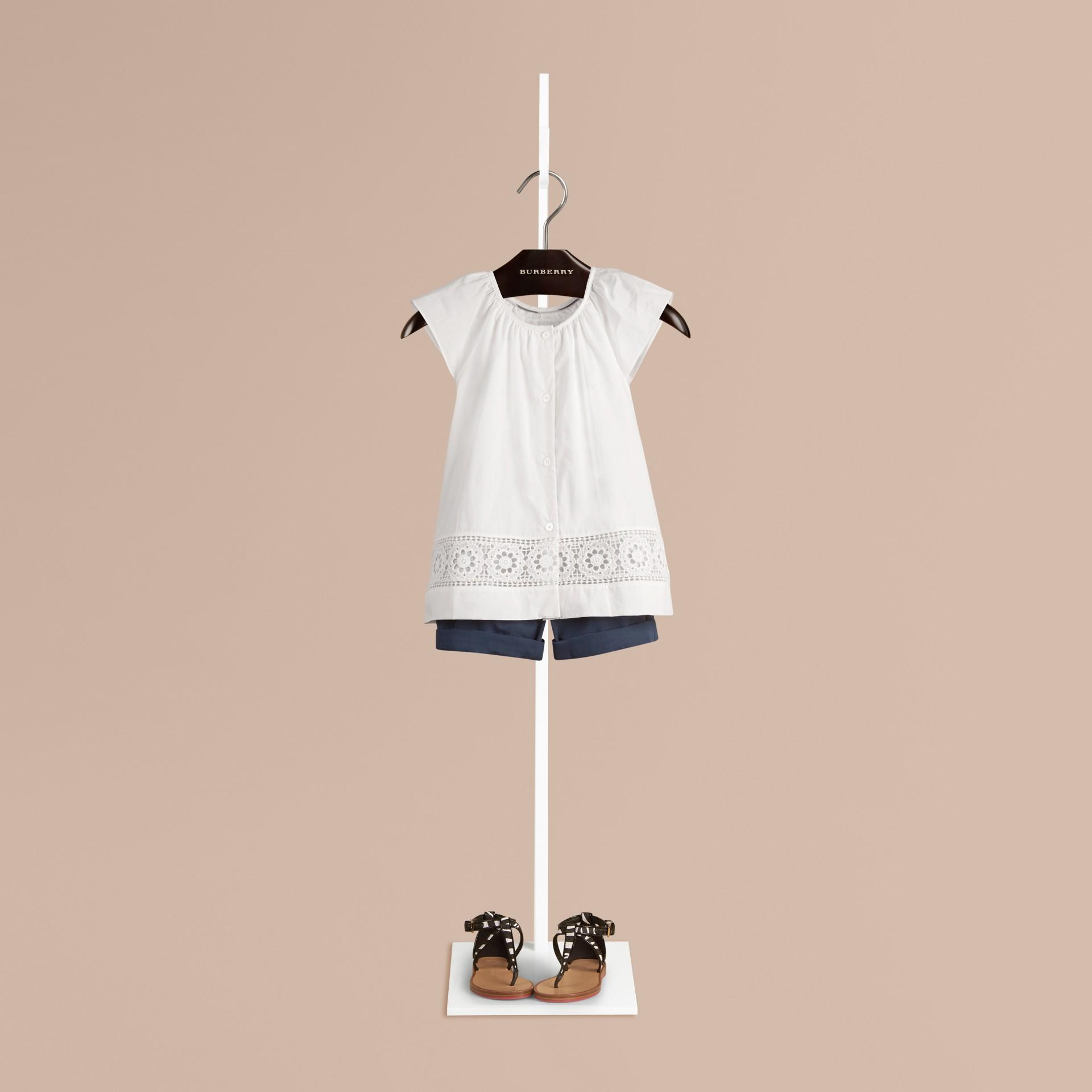 Blanco Blusa en algodón con detalle de encaje - imagen de la galería 1