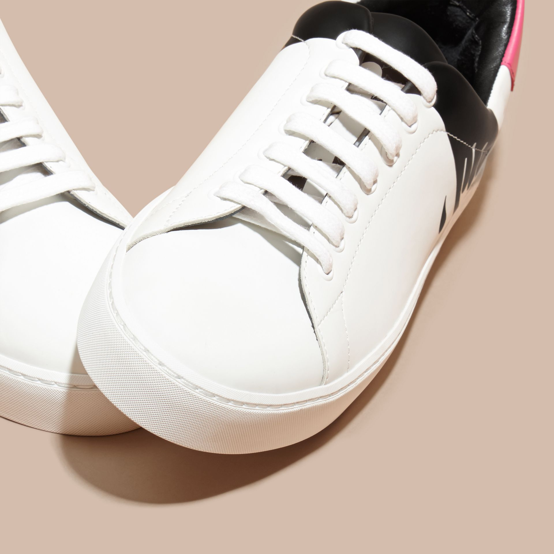 Blanc optique Sneakers en cuir à motif coulure - photo de la galerie 3