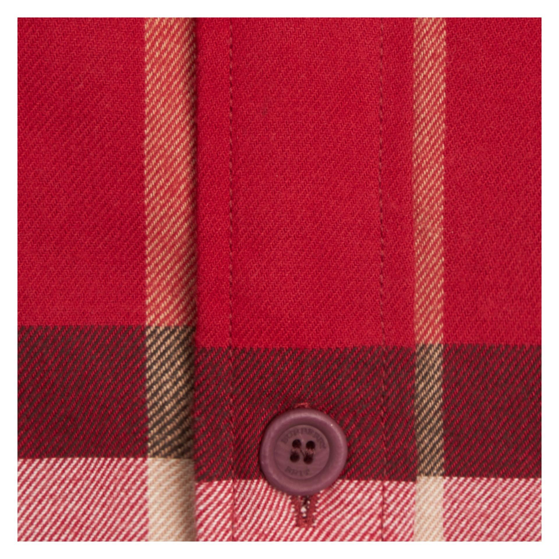 繽紛鮮紅色 格紋棉質法蘭絨襯衫 繽紛鮮紅色 - 圖庫照片 2
