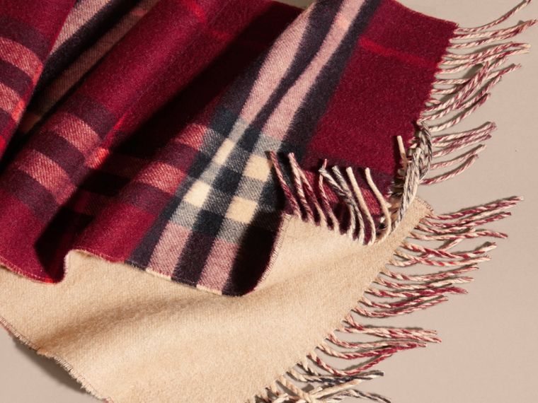 Reversible Check Cashmere and Block-colour Scarf in Claret - cell image 4