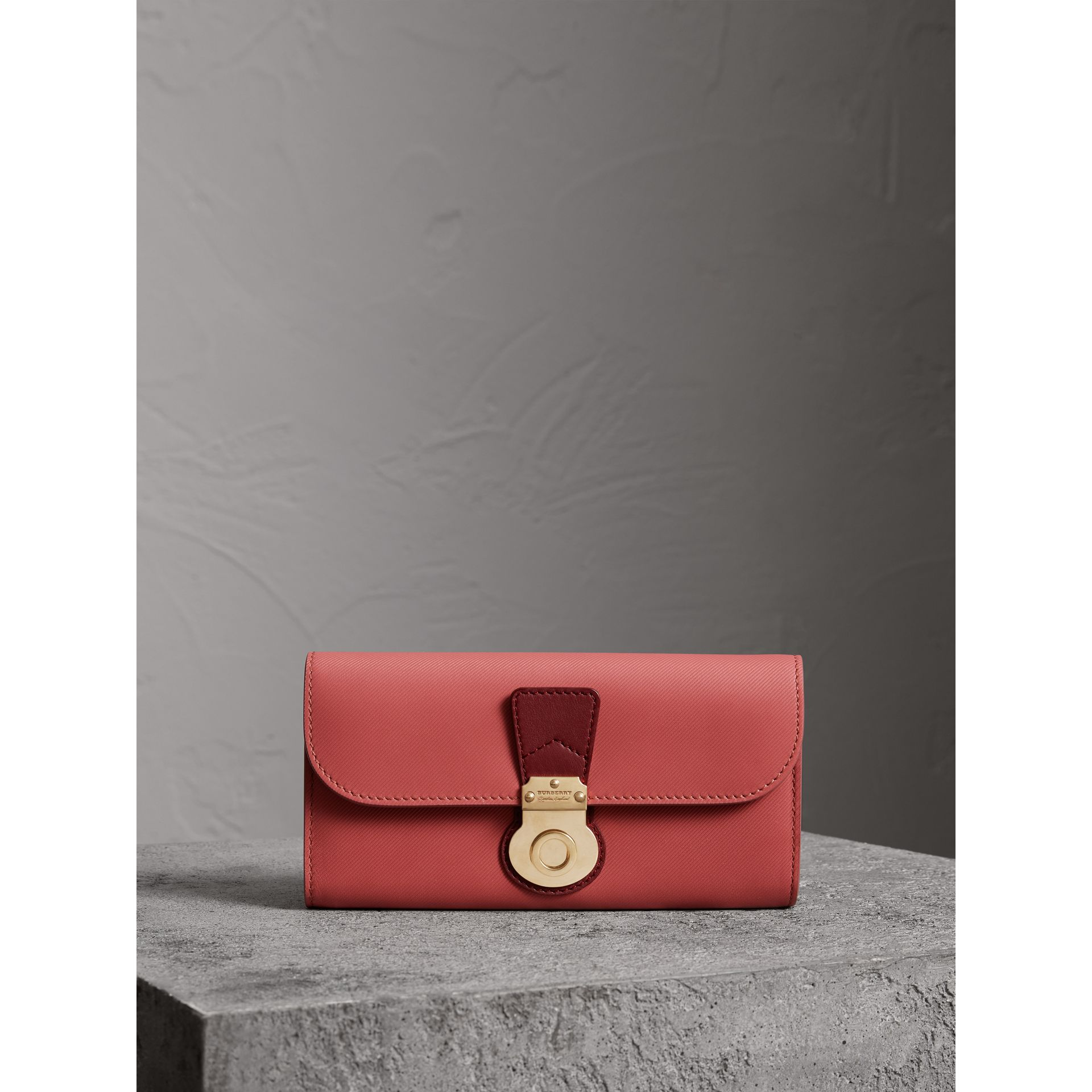 Portefeuille continental en cuir trench bicolore (Rose Blossom/rouge Antique) - Femme | Burberry - photo de la galerie 4