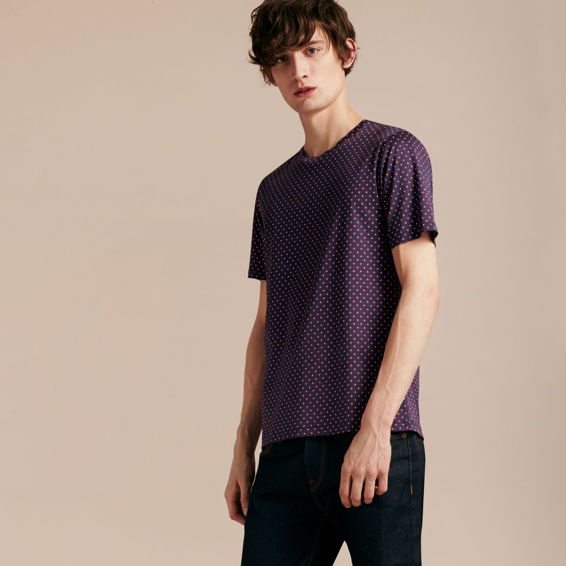 Helles marineblau Baumwoll-T-Shirt mit geometrischem Druckmotiv - Galerie-Bild 3