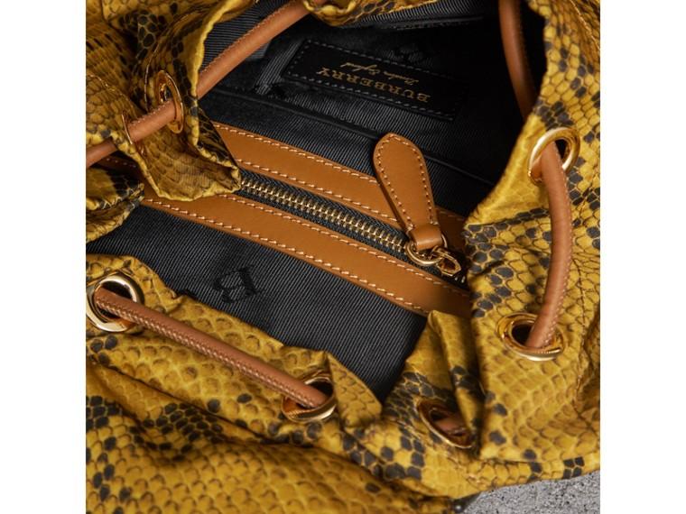 Mochila Rucksack grande en nailon con estampado de piel de pitón y detalles en piel (Amarillo) - Mujer | Burberry - cell image 4