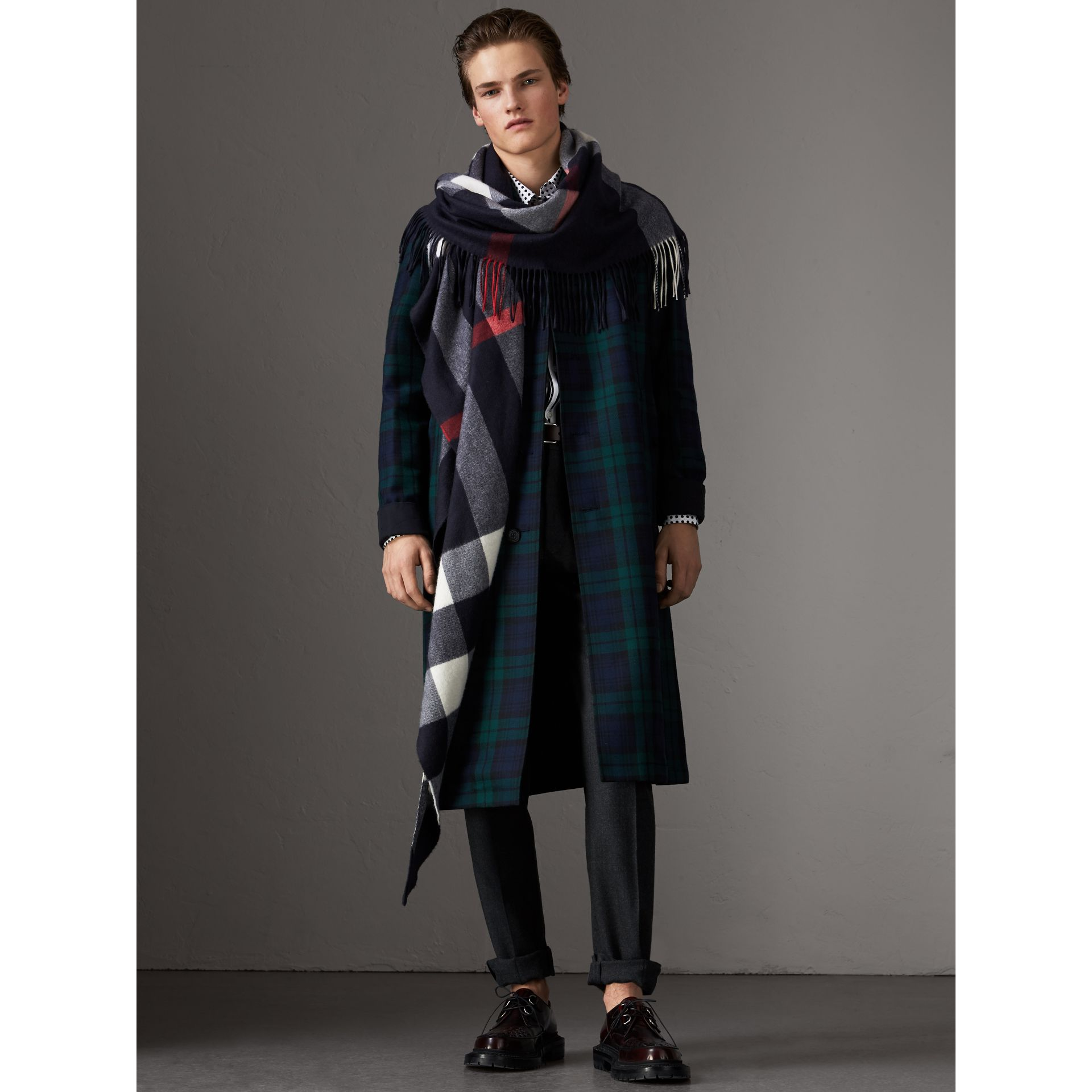 Check Cashmere Wrap in Navy | Burberry United Kingdom - gallery image 4